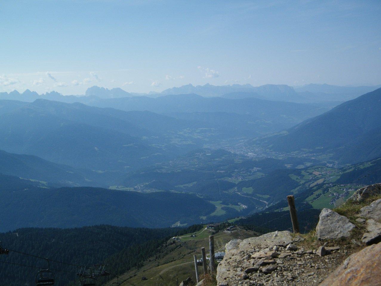 Dalla vetta la piana di Bressanone e le Dolomiti sullo sfondo