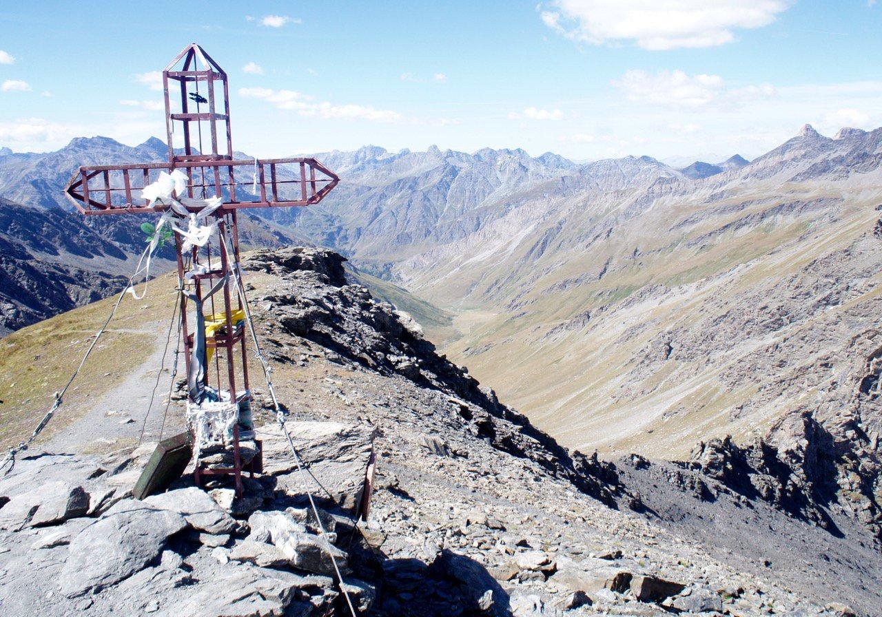 Croce della cima sul crinale di salita
