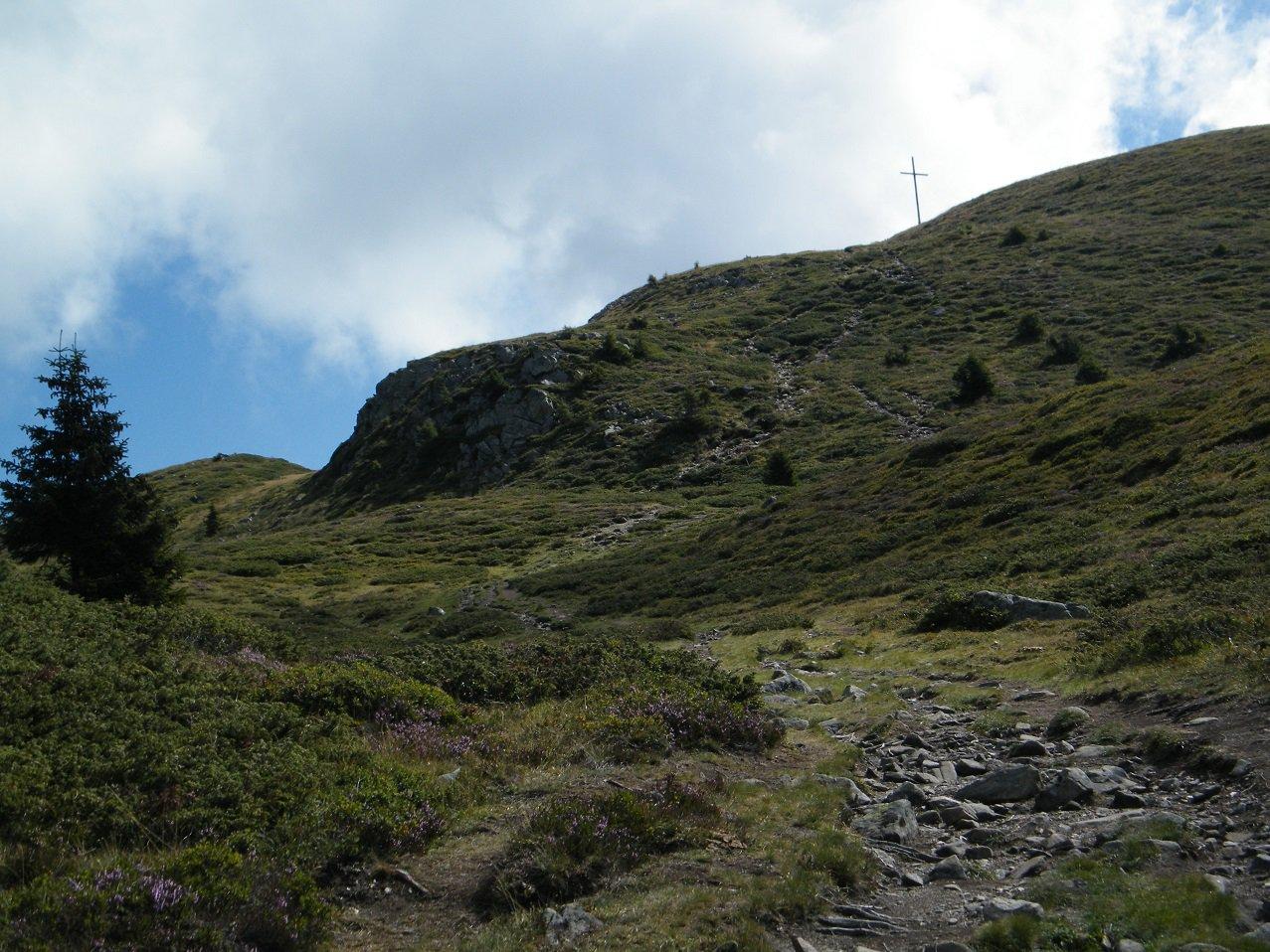 Ultimo strappo del sentiero con la croce di vetta