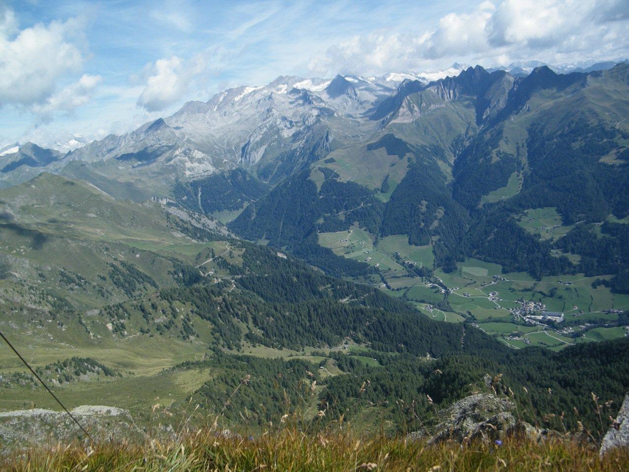 Panorama dalla vetta. In basso la Val di Fundres.