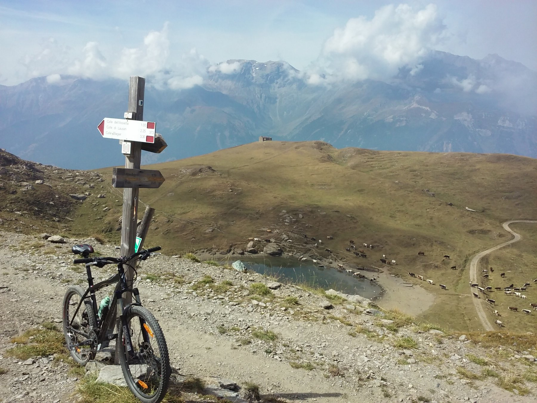 Al Gran Serin, il bivio per l'alpe Arguel e il Frais.