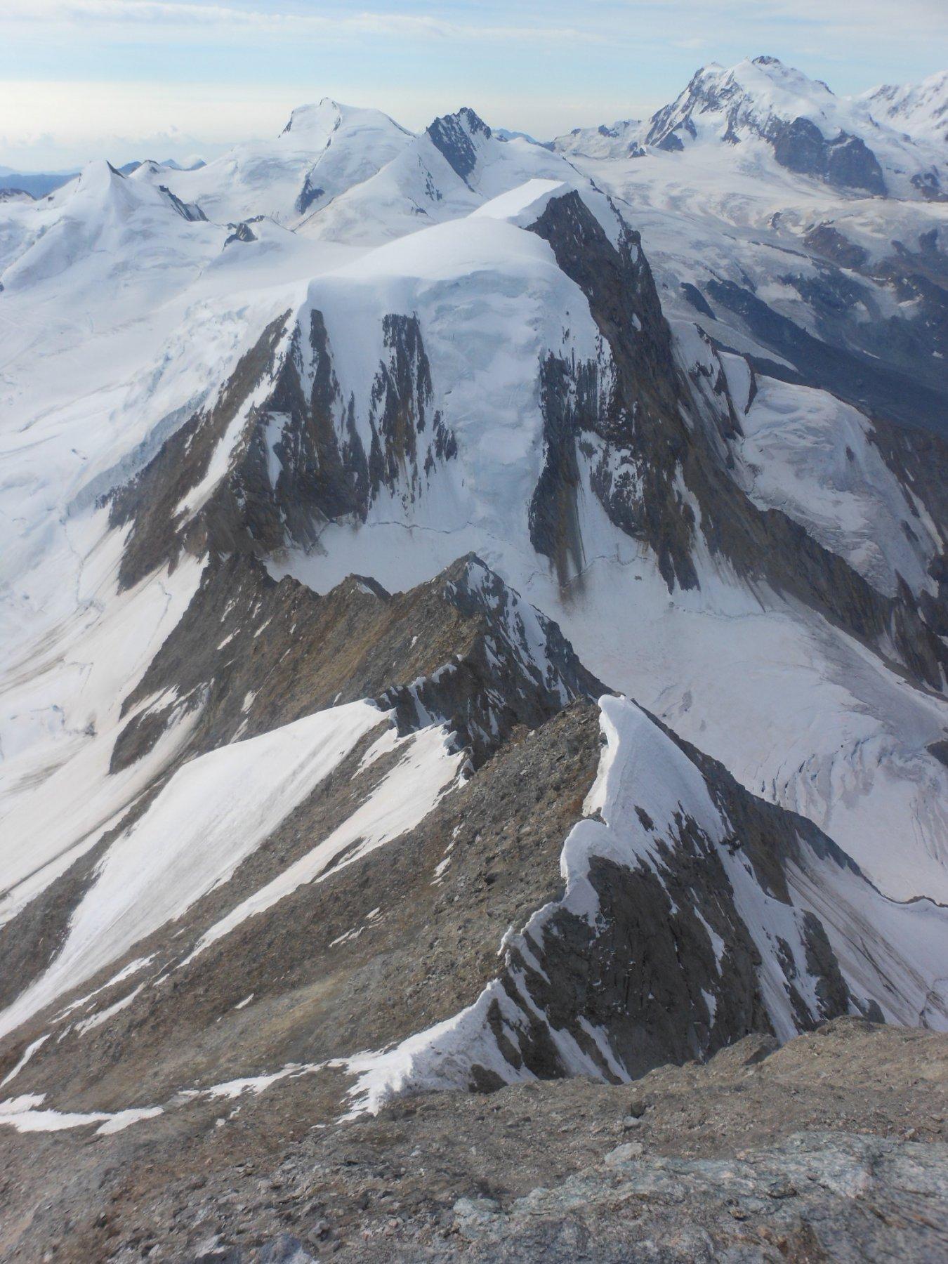 Dalla vetta, le esili lingue di neve, prive di cornici da percorrere