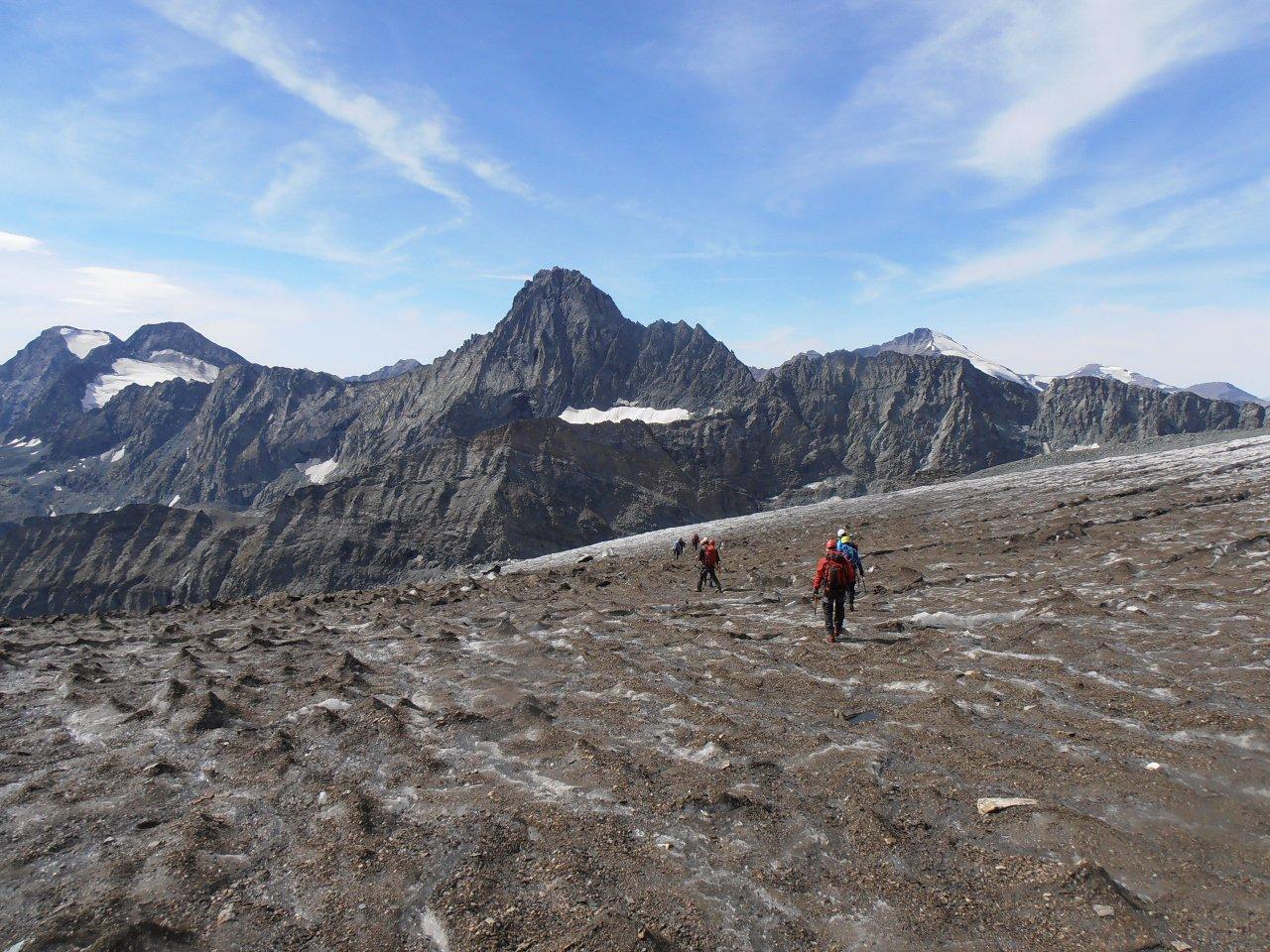 03 - sul ghiacciaio della Ciamarella con la Bessanese sullo sfondo