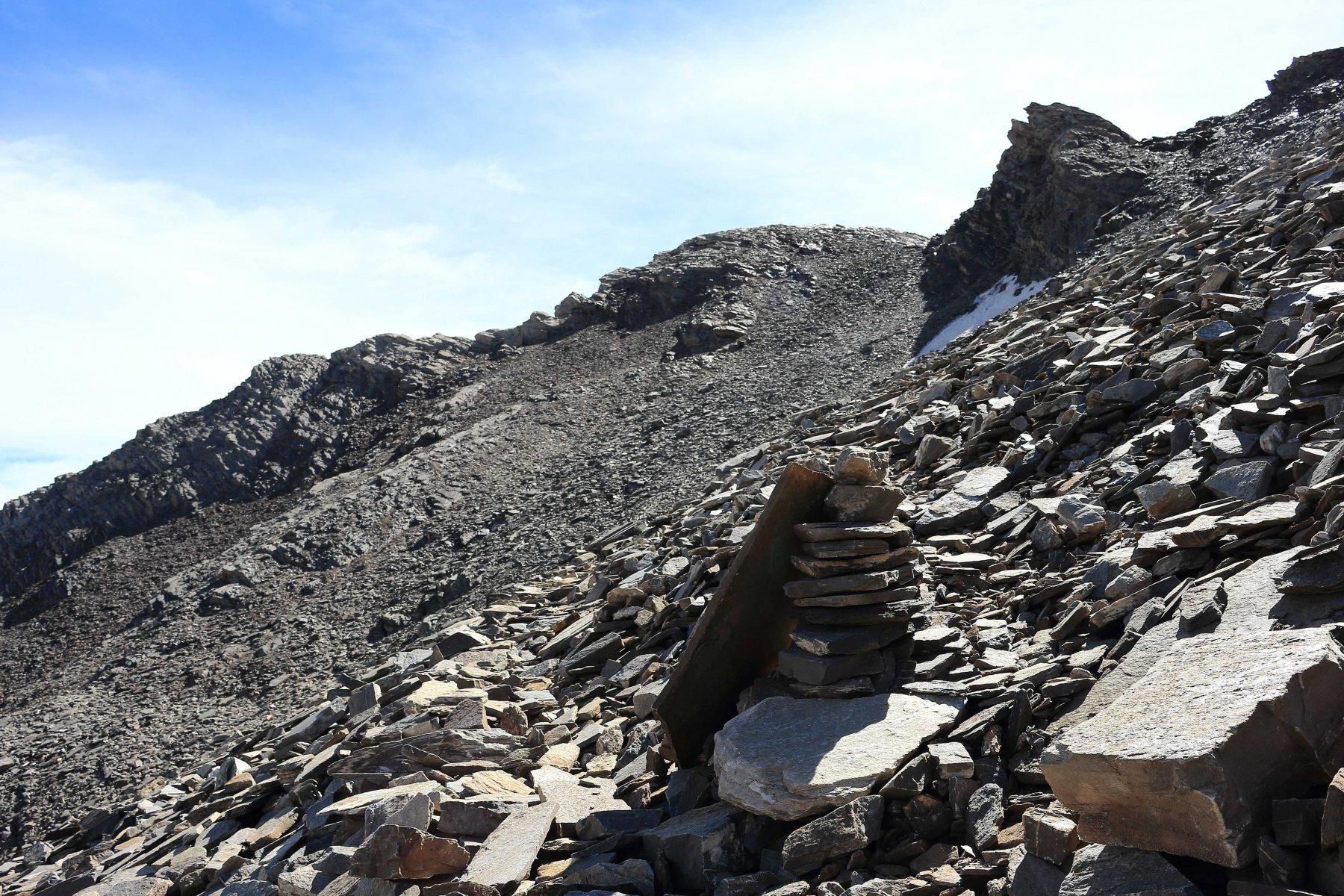 Ometto costruito nella pietraia sotto la Rocca Rossa, dove la traccia si biforca