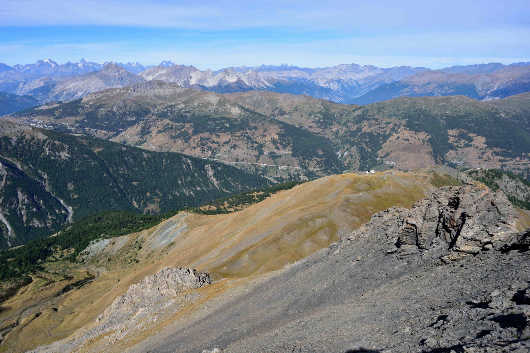 In basso il monte Morefreddo e la dorsale di discesa visti dalla vetta del Ruetas