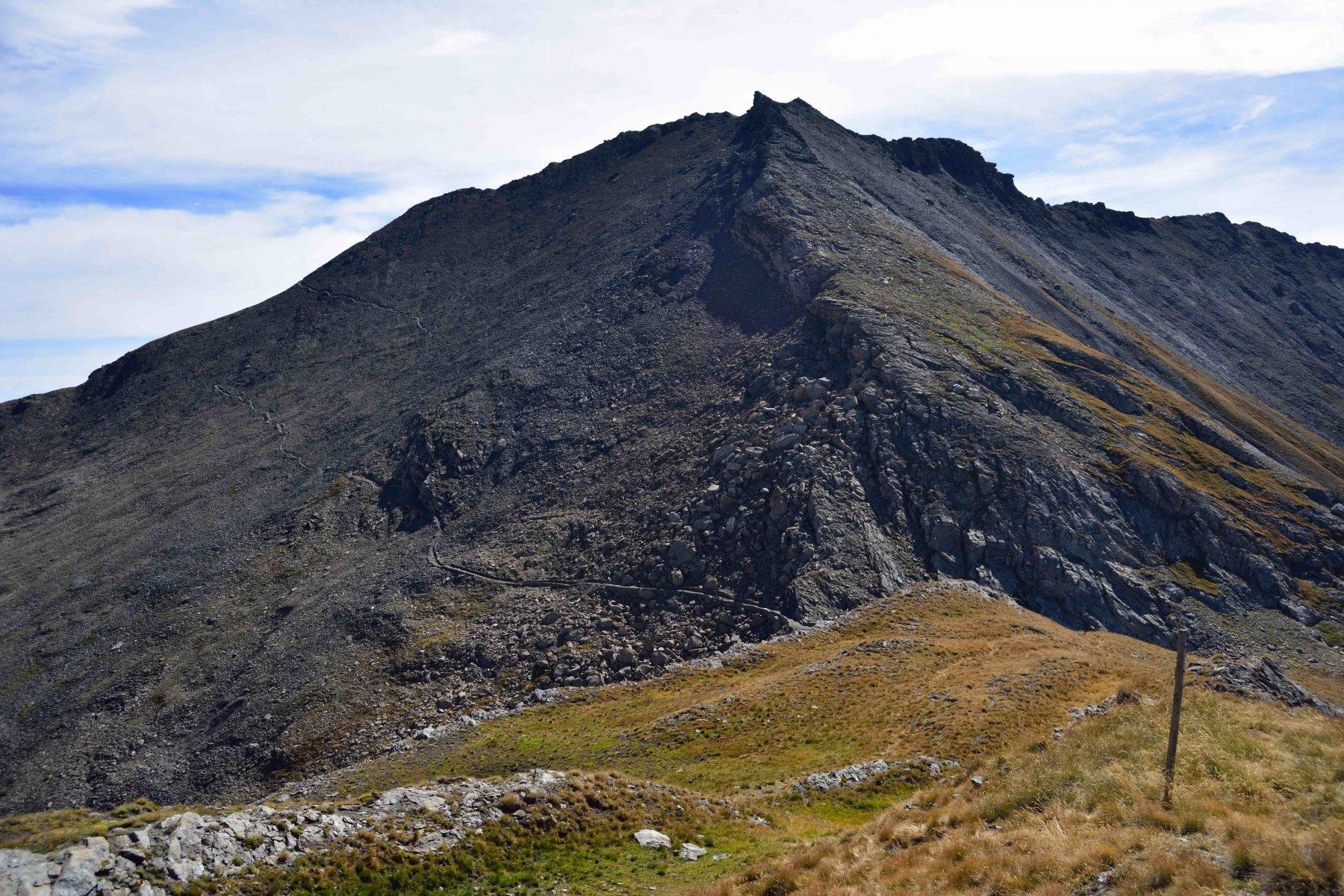 Il monte Ruetas con le creste NE (a sinistra), N (al centro) e S (a destra) dal monte Morefreddo