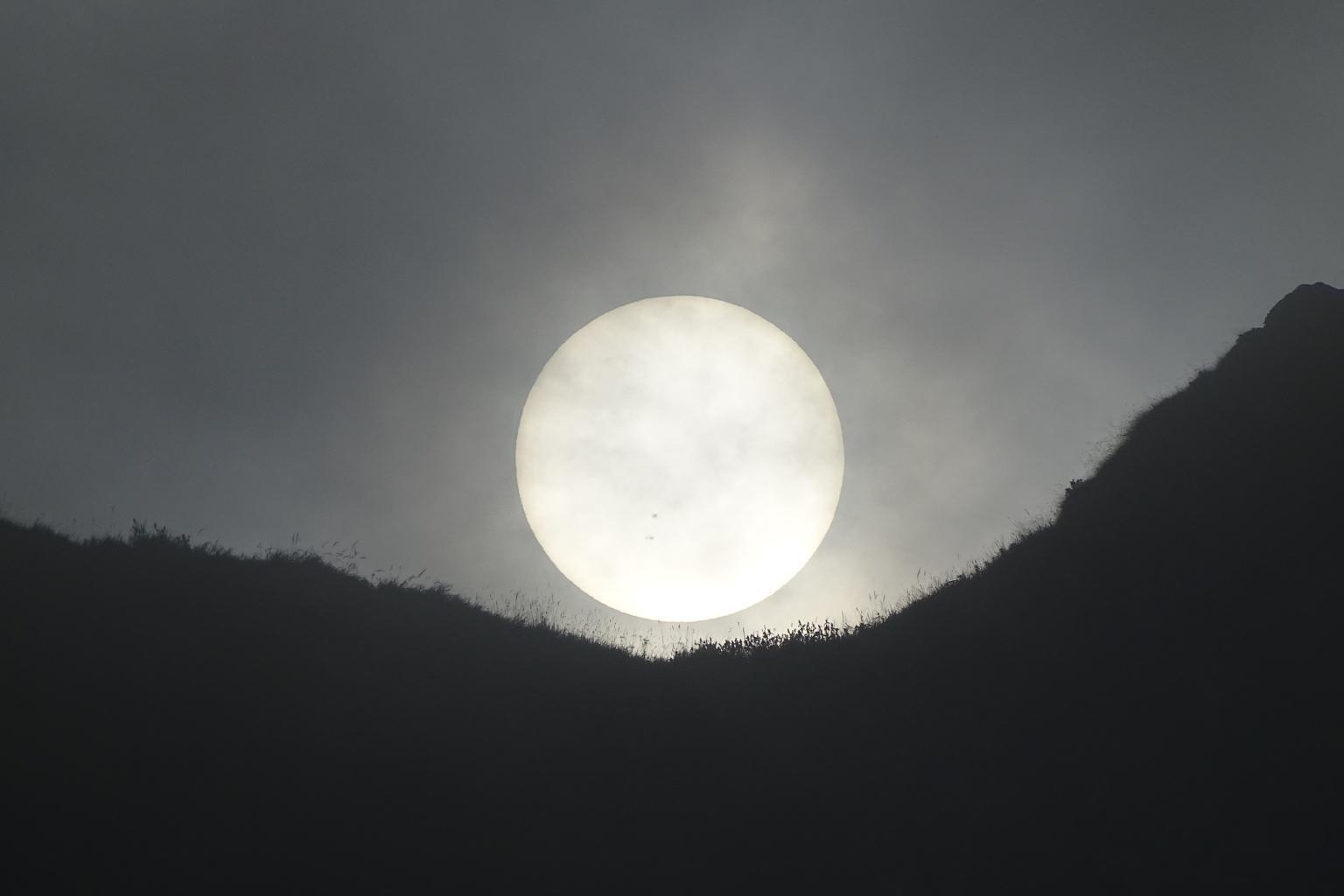 il sole fa capolino tra le nebbie...
