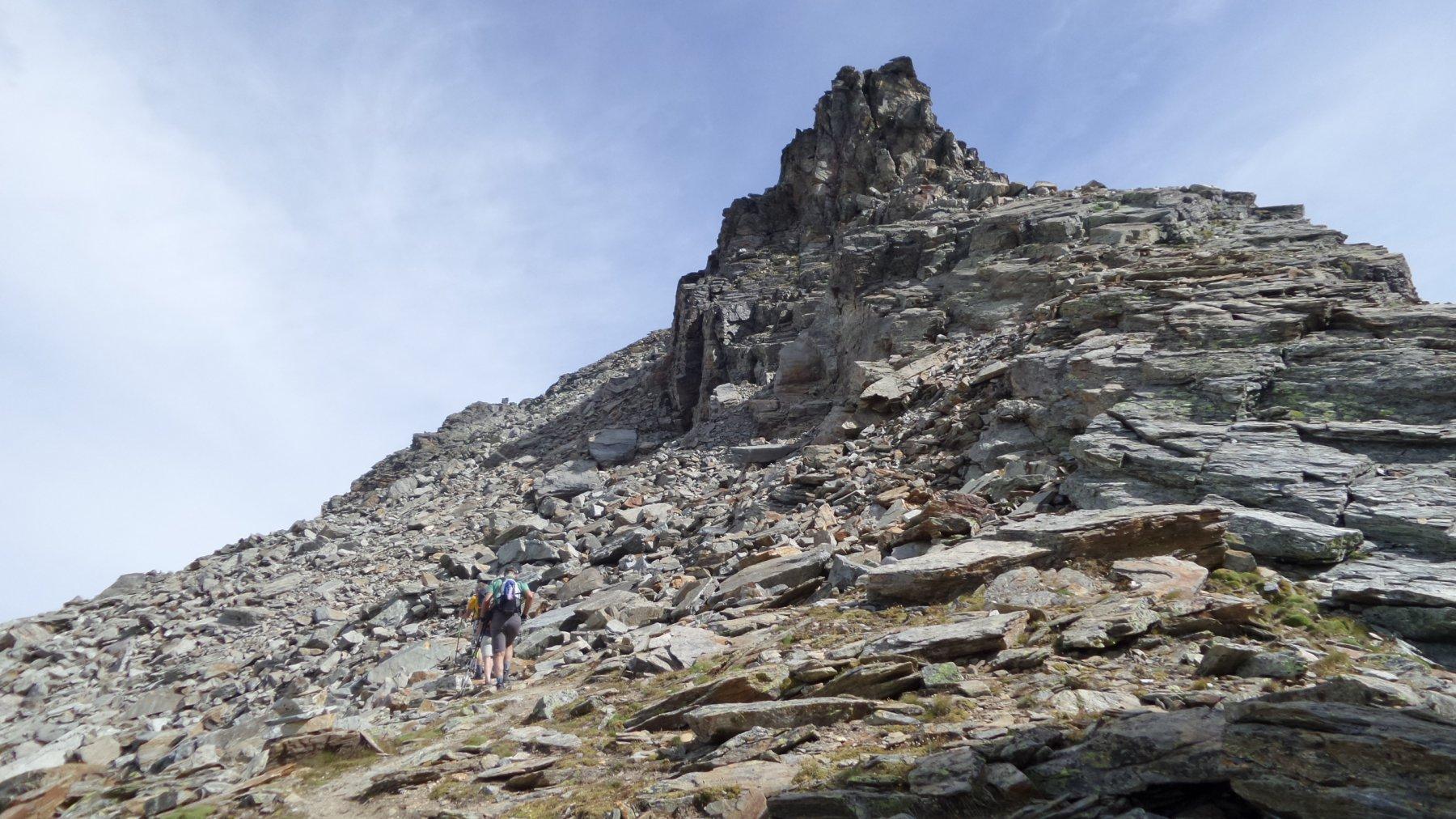 passando sotto la torre rocciosa di rocce frantumate