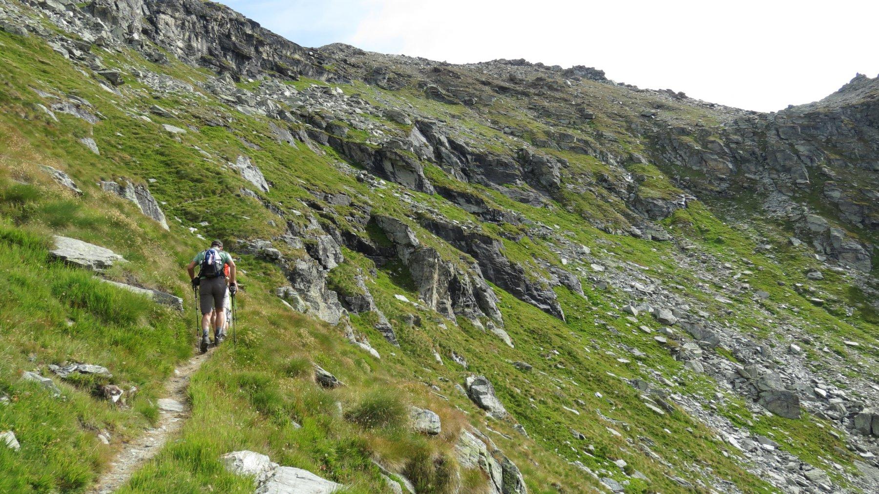 salendo verso il colletto di quota 2778 m sui pendii sopra il secondo lago di Valfredda