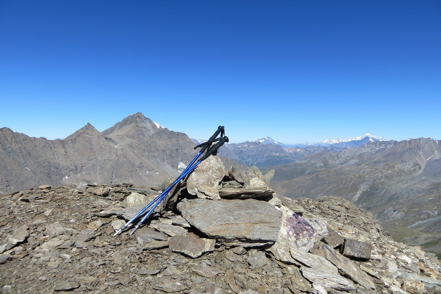 in vetta. sullo sfondo l'Ouille Mouta, Charbonnel, Mont Pourri, massiccio del Bianco