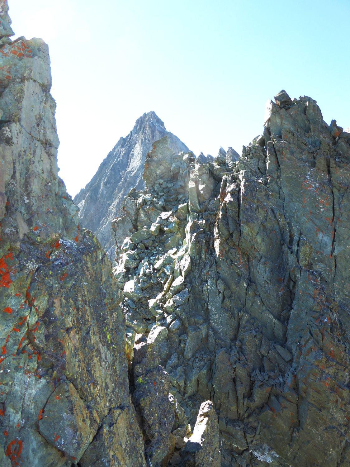 dalla sosta, finalmente si vede il punto culminante, si sale sui massi accatastati e pericolanti sotto la verticale Bessanese