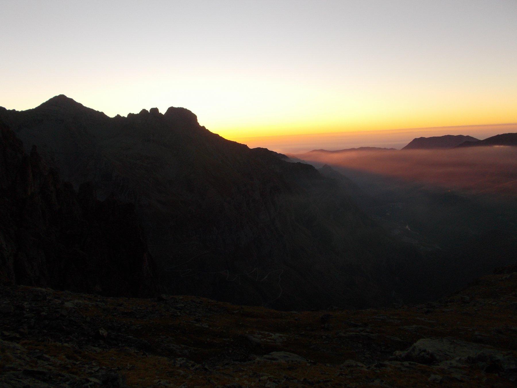 l'alba dietro la P.Corna.. dai pressi del Colle Altare..