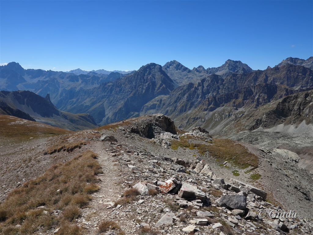 Il sentiero di salita sulla dorsale prima della Bassa di Terrarossa