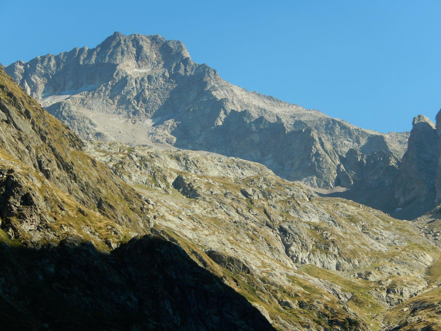 L'imponente cima con la sua interminabile spalla dove si percorre la Normale, vista dalla strada che dal Rif. Soria-Ellena riporta a San Giacomo di Entracque.