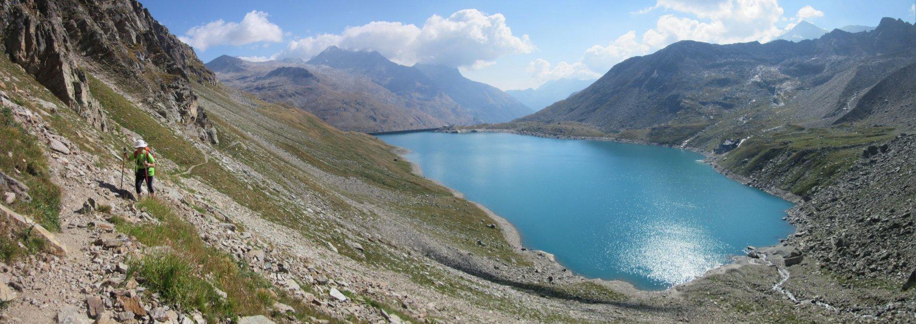 Verso il rifugio con il Lago di Serrù
