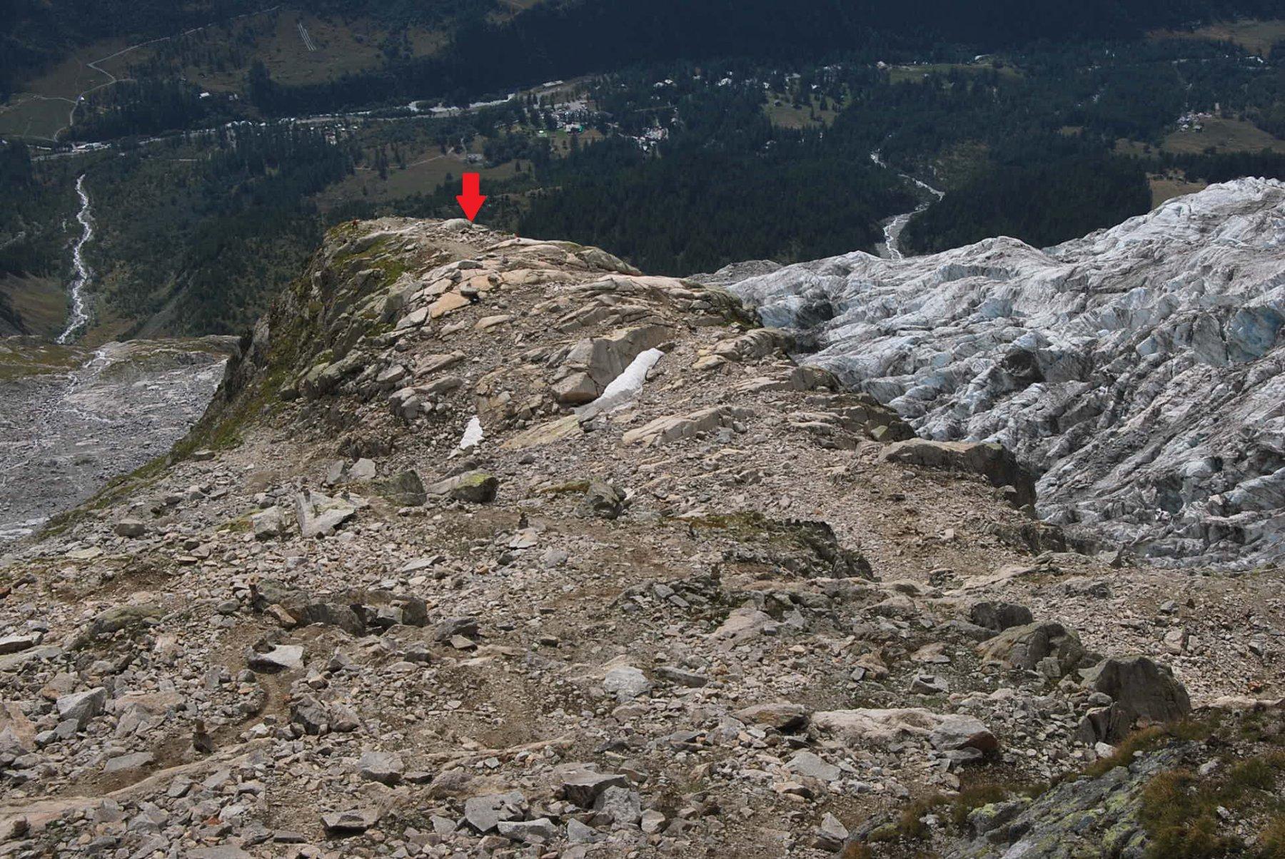 Visto dall'alto lo sperone roccioso su cui si trova il rifugio, indicato dalla freccia.