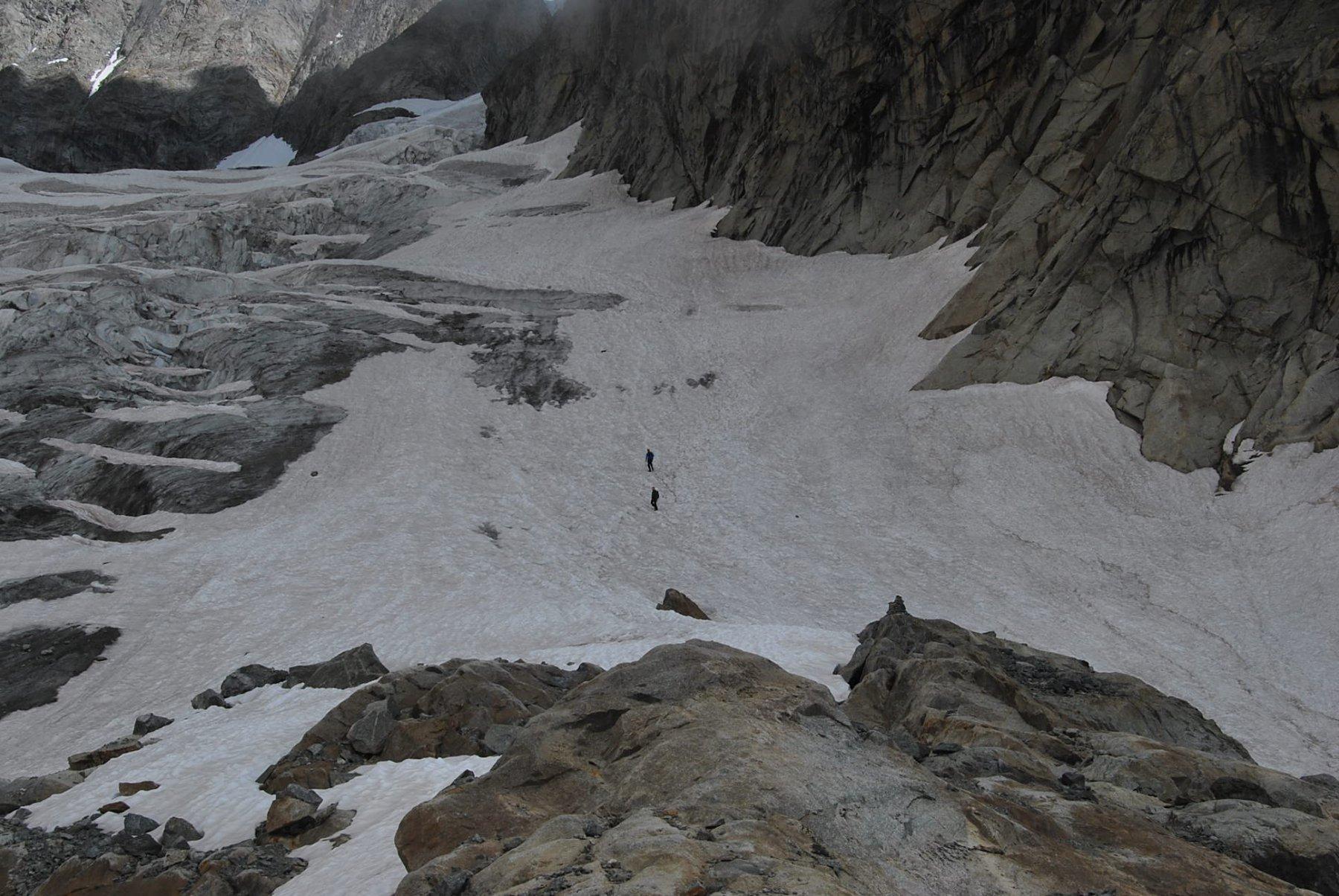 L'attacco del ghiacciaio per le Gd Jorasses, con due discesisti in arrivo