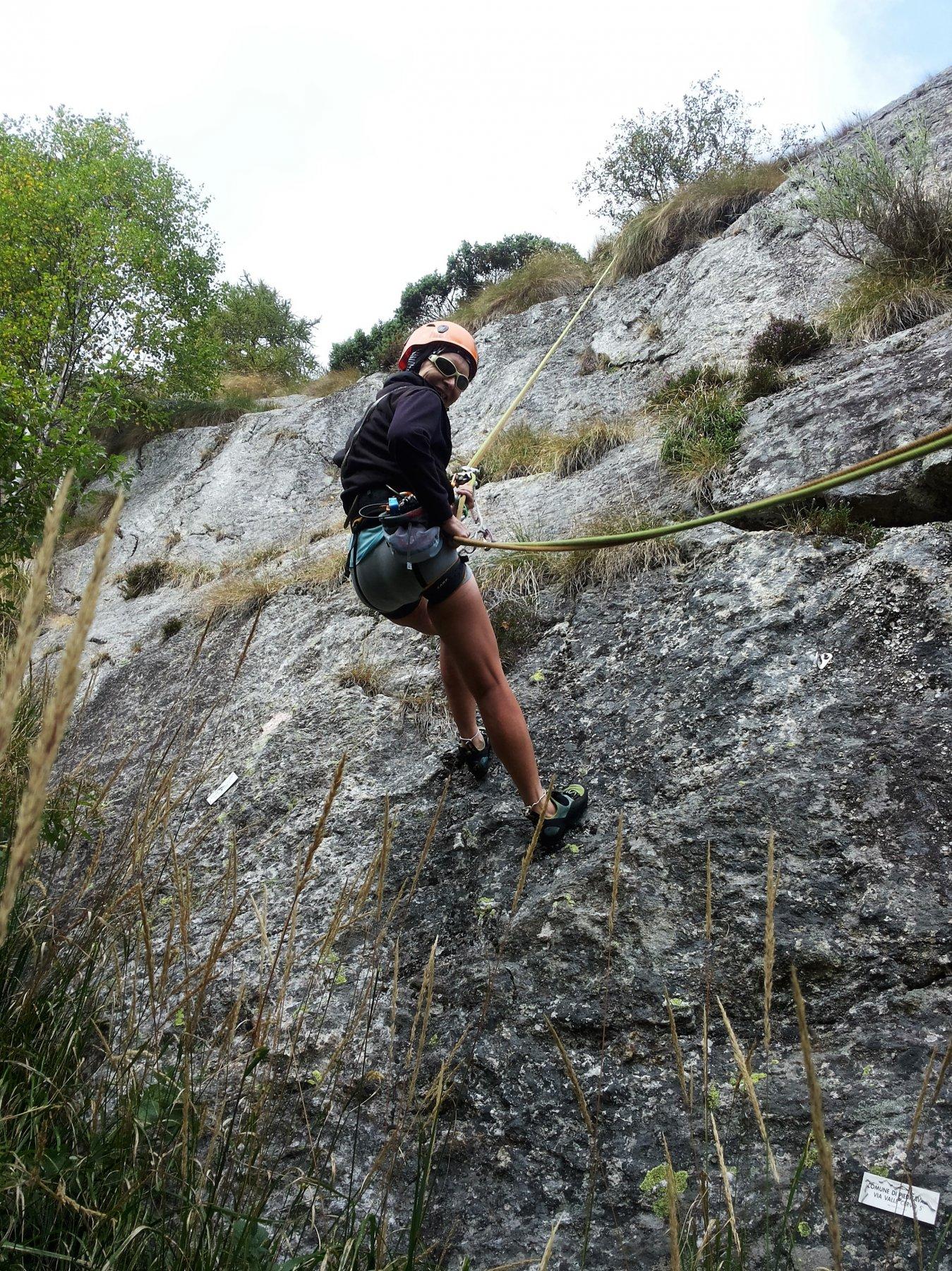 nonostante l'erba ed i licheni la parete è piacevole da arrampicare