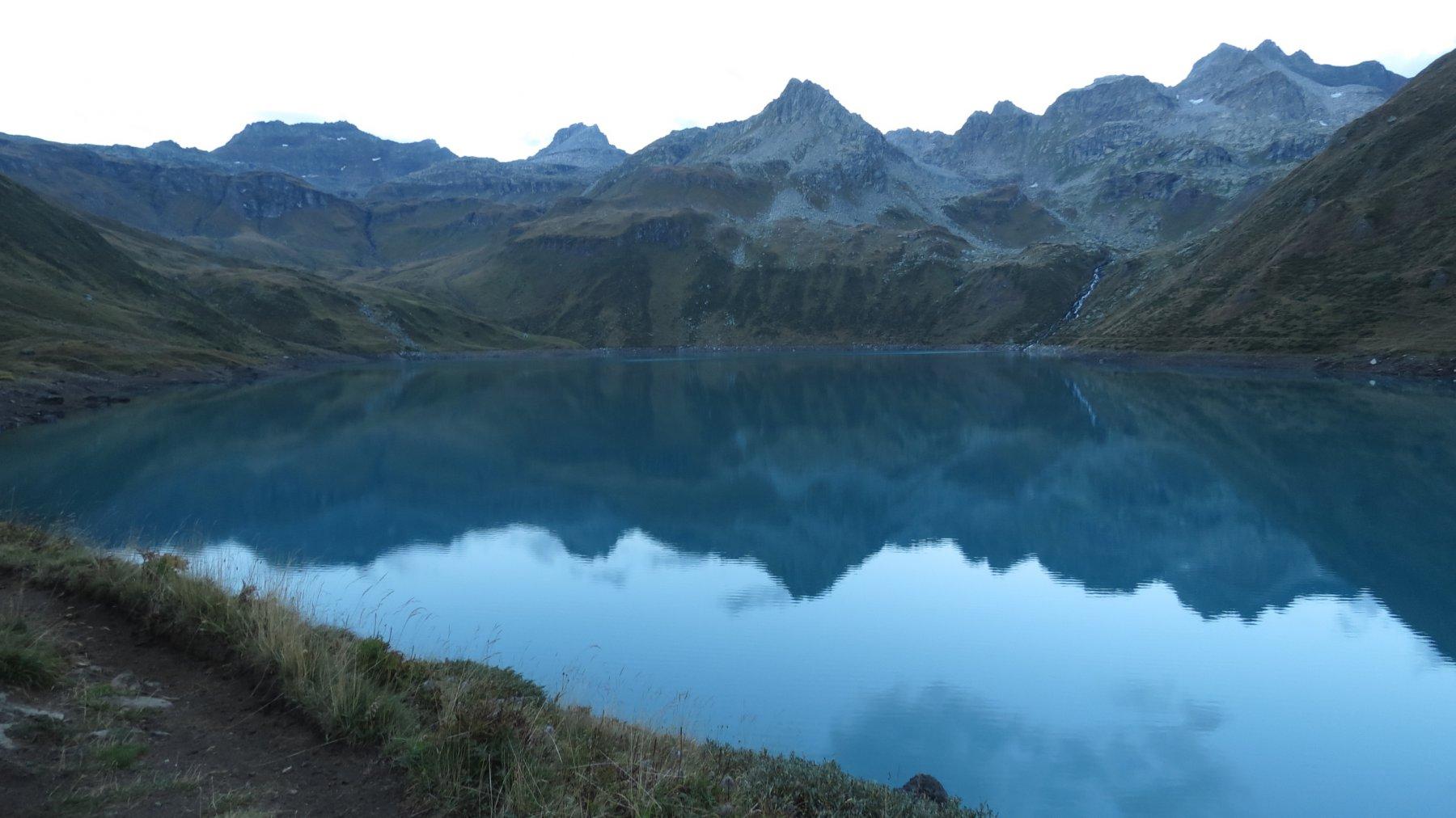 il Lago del Vannino, che si costeggia nel primo tratto del sentiero