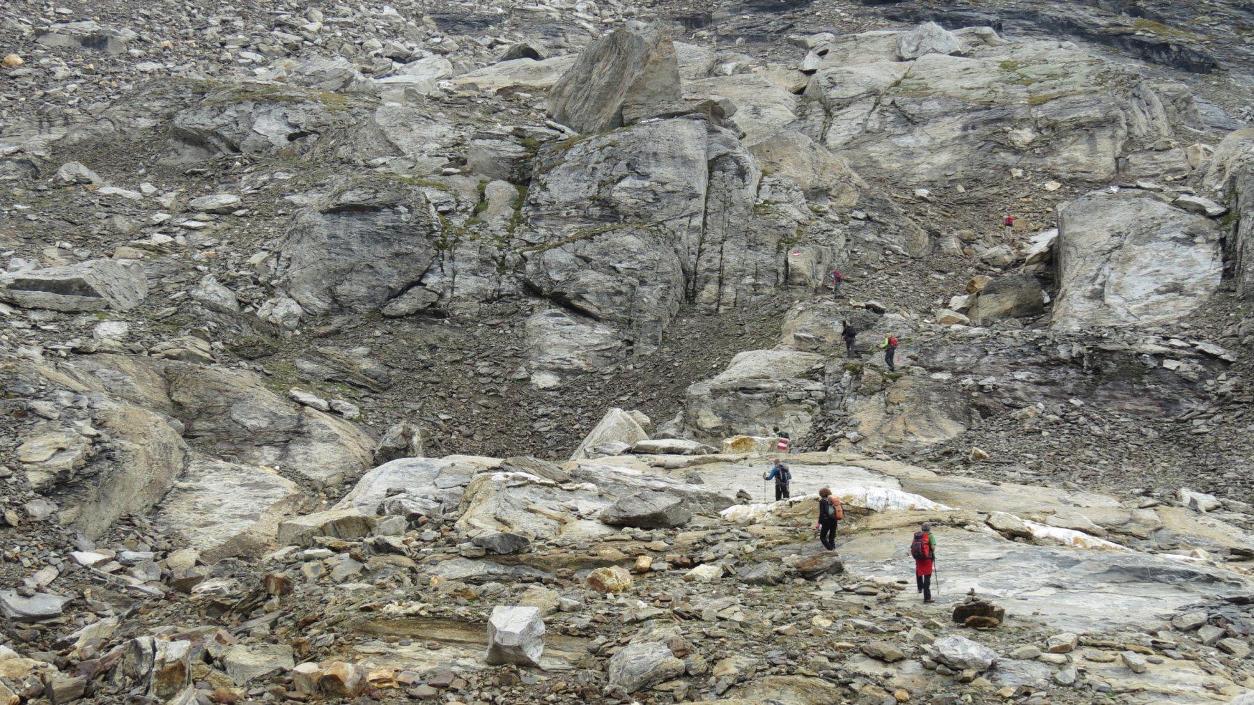 nella conca alla base della ripida pietraia terminale del Monte Giove