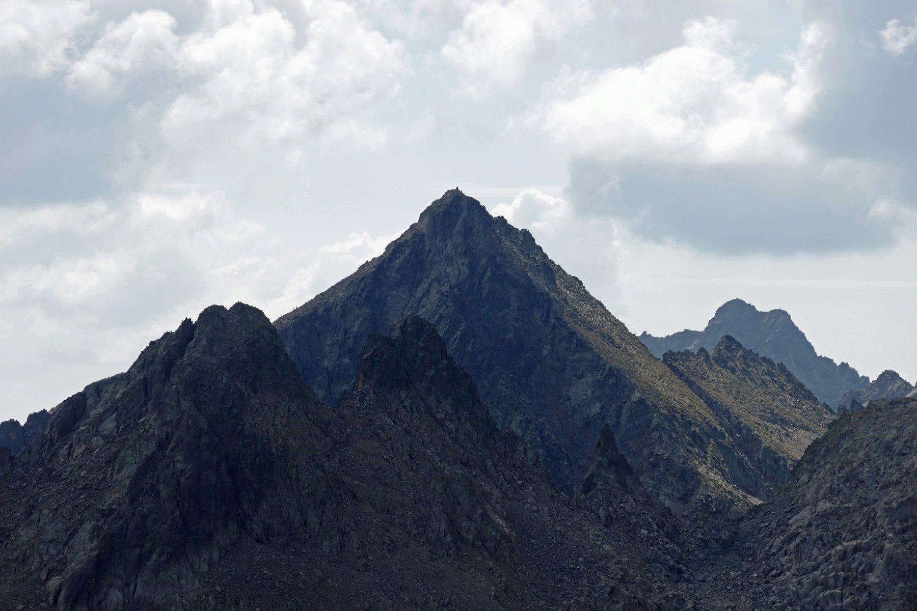 Zoom sul Becco Alto d' Ischiator che si staglia dietro le punte di Schiantalà