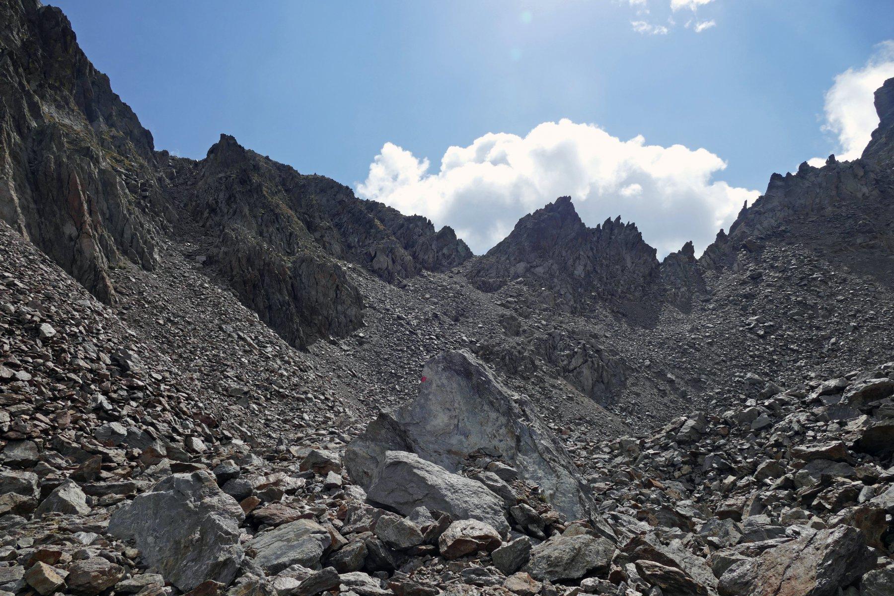 Ambiente verso il canale del Passo del Dente del Vallone, che è quello tutto a sinistra