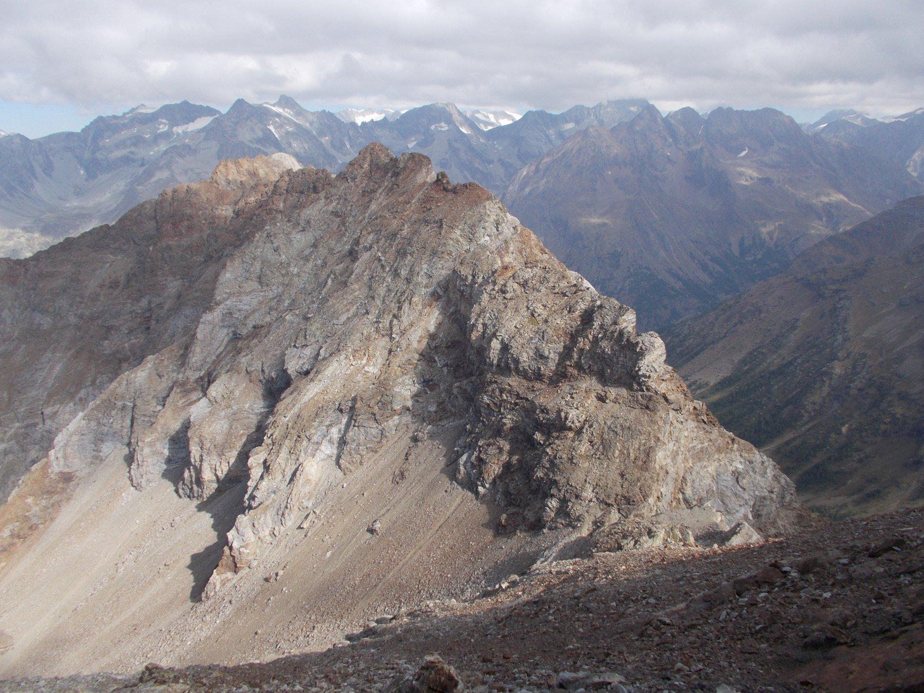 La Massiccia Becca de l'Etresenda dalla cresta nord alla Becca dell'Aquelou'..in basso a dx il colle omonimo..