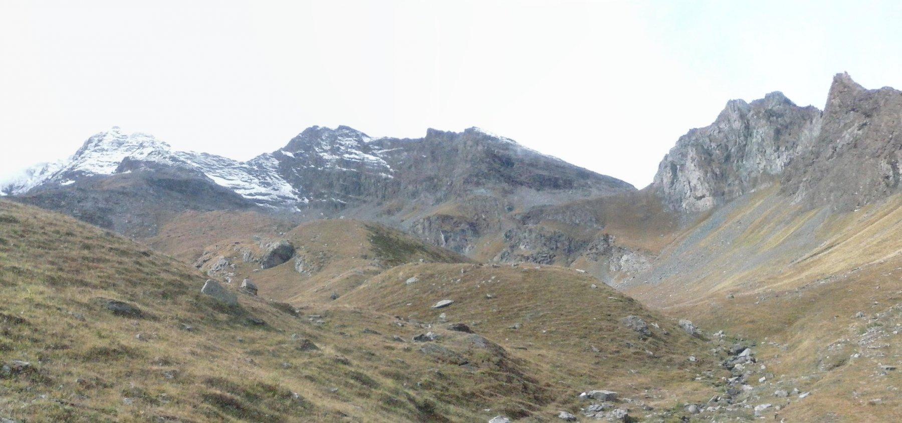 in vista del colle(al centro),a sinistra  la Tersiva imbiancata ed il Tessonet...