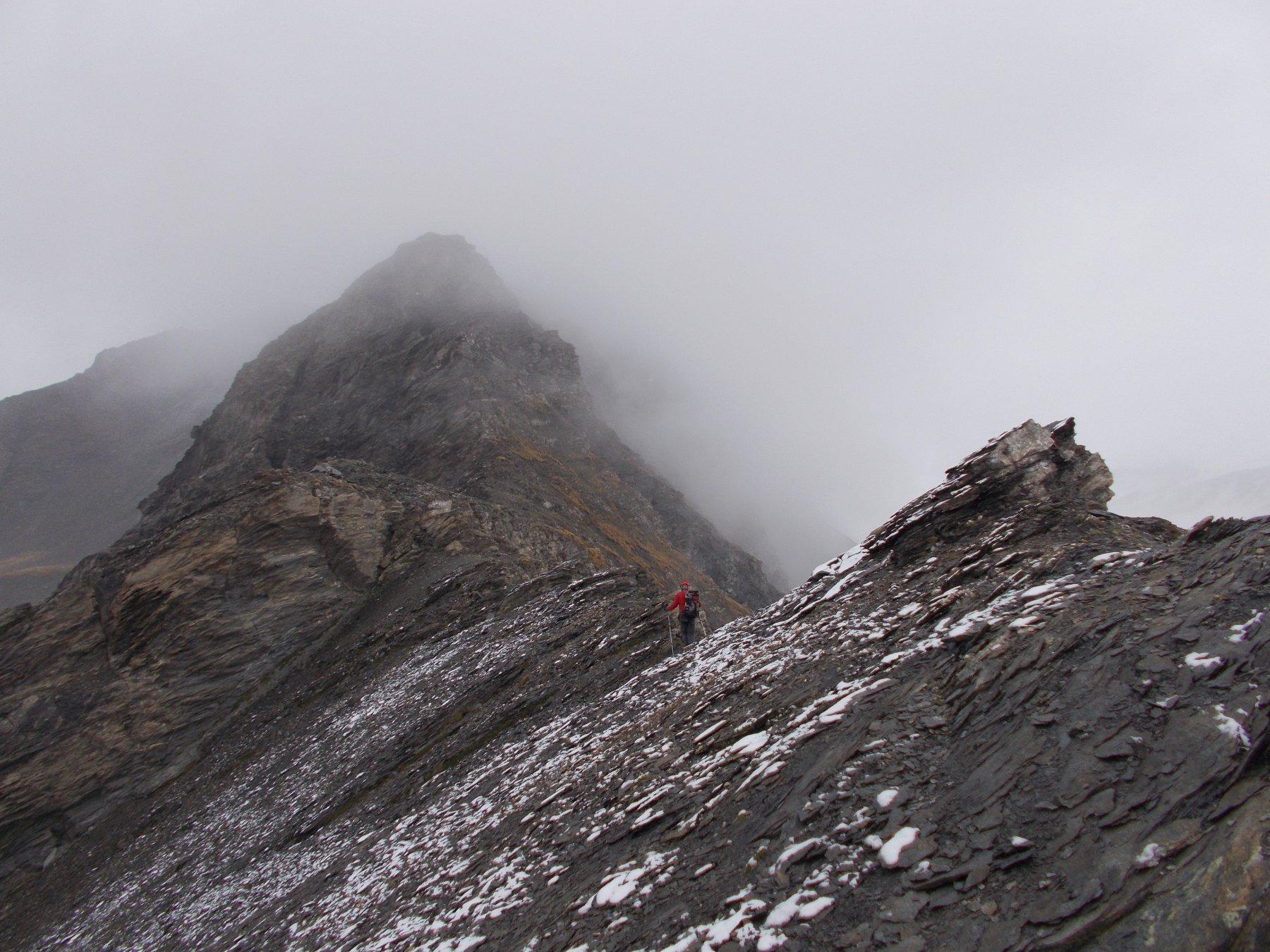 per la cresta sud-est verso il M.Ruine..di fronte nella nebbia..
