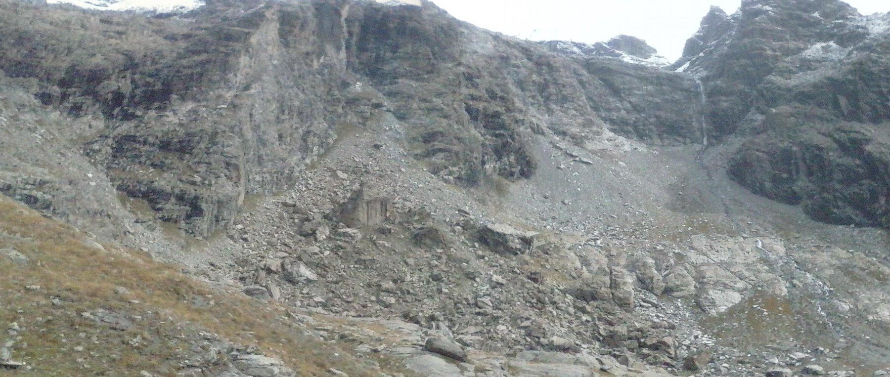 la bastionata finale...a sinistra visibile il bivacco,a destra  la cascata che fuoriesce dal gran lago...
