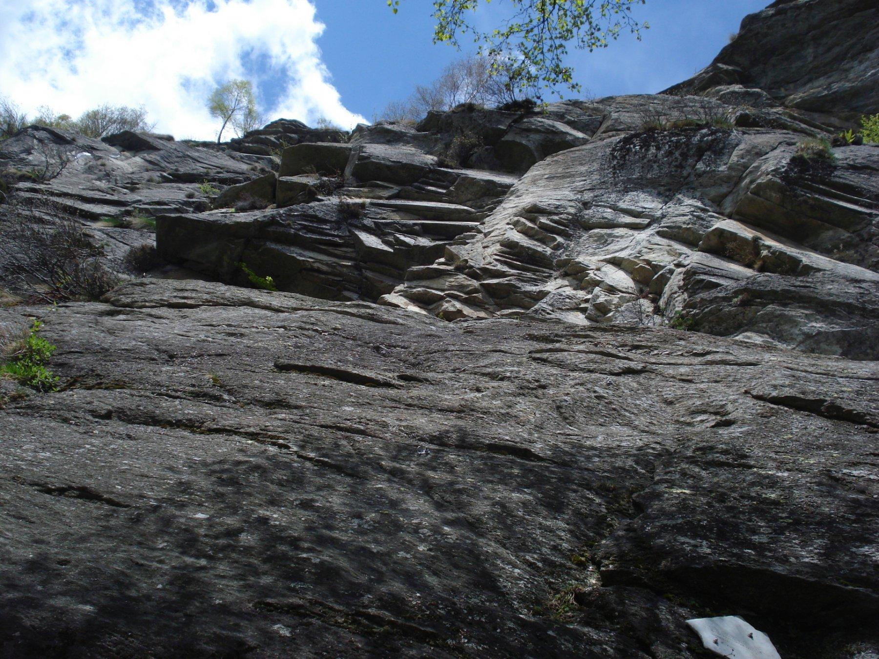 ..dopo aver attraversato due pietraie, il sentiero proveniente da B.ta Bustera si addossa al settore dx del Roc du Preve passando sotto le placche basali dove attaccano Unione delle Forze e Genesi dello Spettacolo