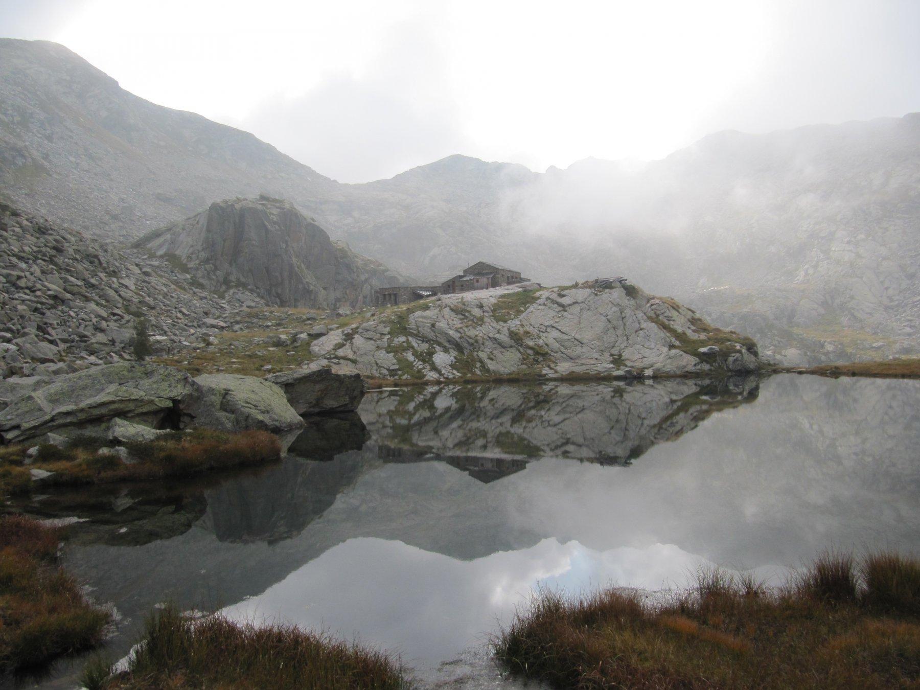 Rifugio riflesso nel lago della Balma