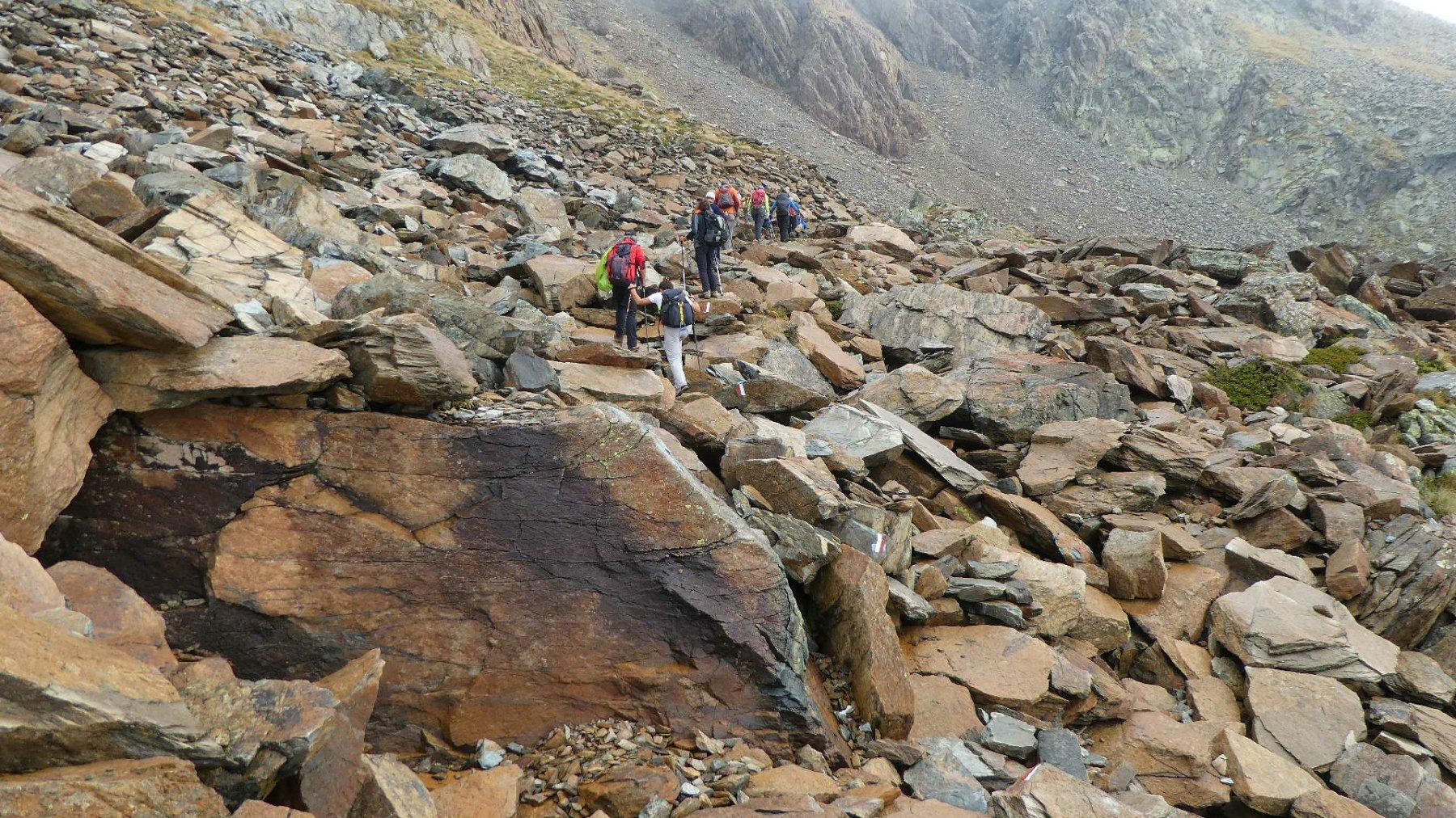 entrando nella vasta pietraia che porta alla base del canale sotto il Colle Robinet