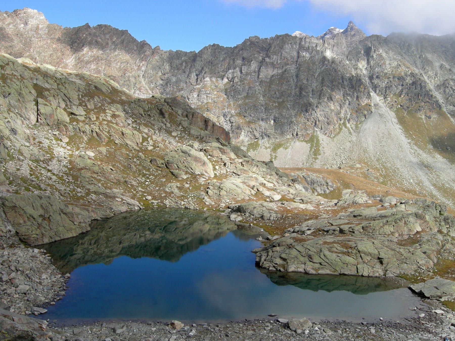 il lago salendo verso la Becca