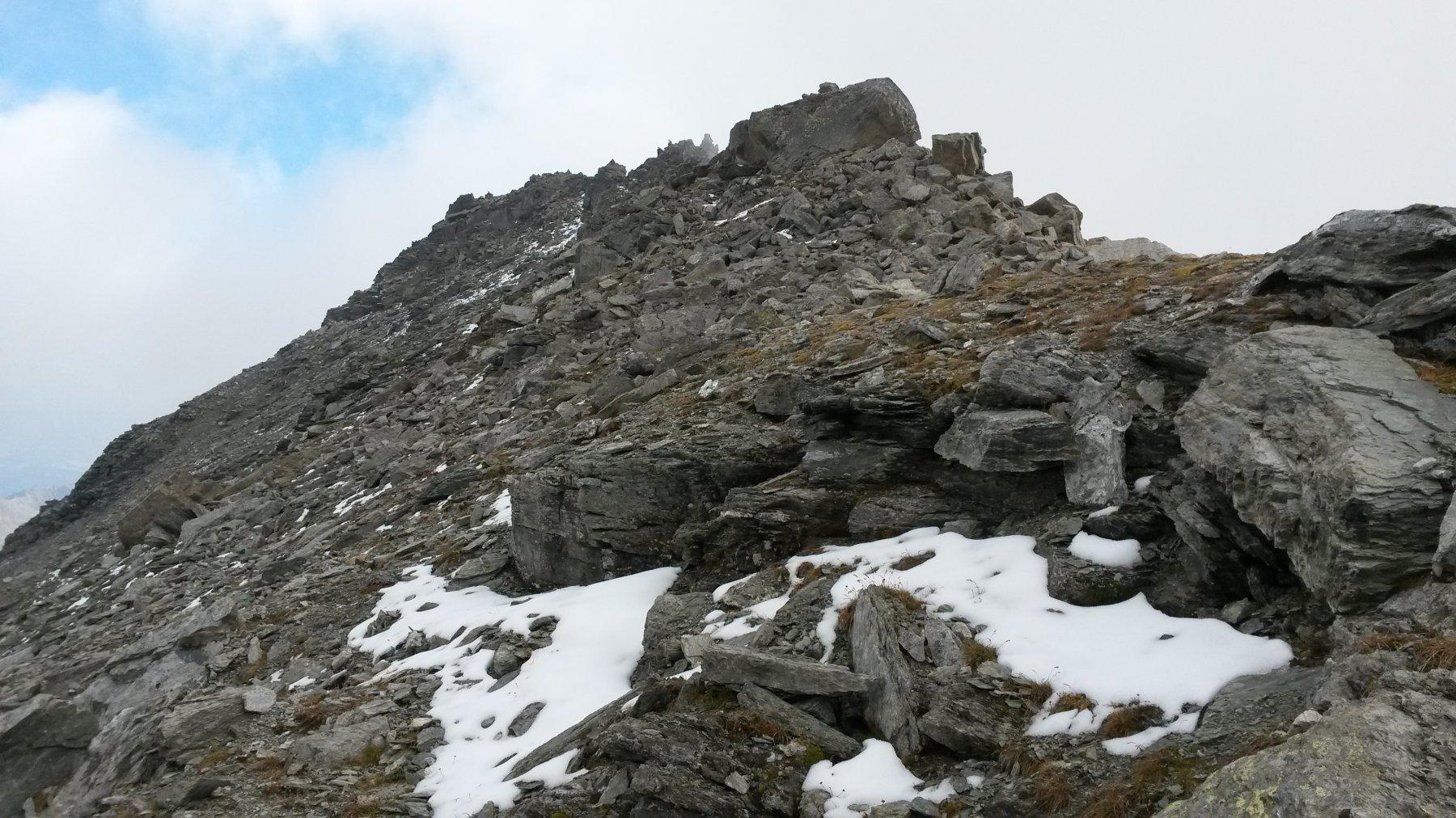 piccole lingue di neve in prossimità della vetta