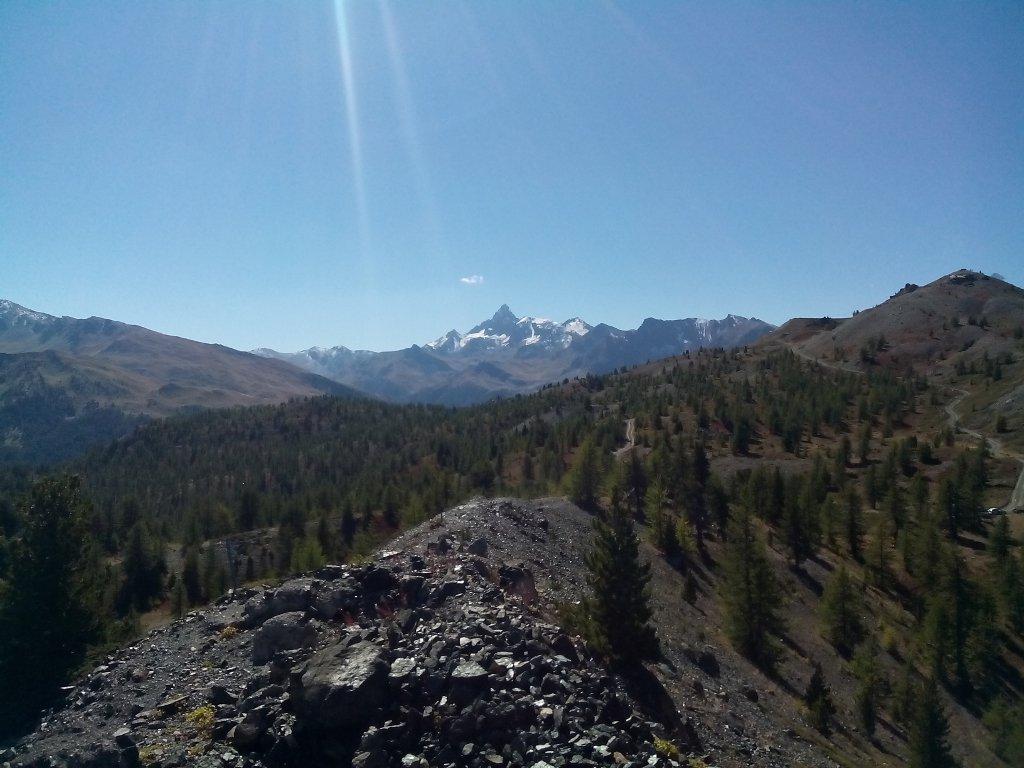 Sentiero in cresta. Sullo sfondo Pic de Rocquebrune