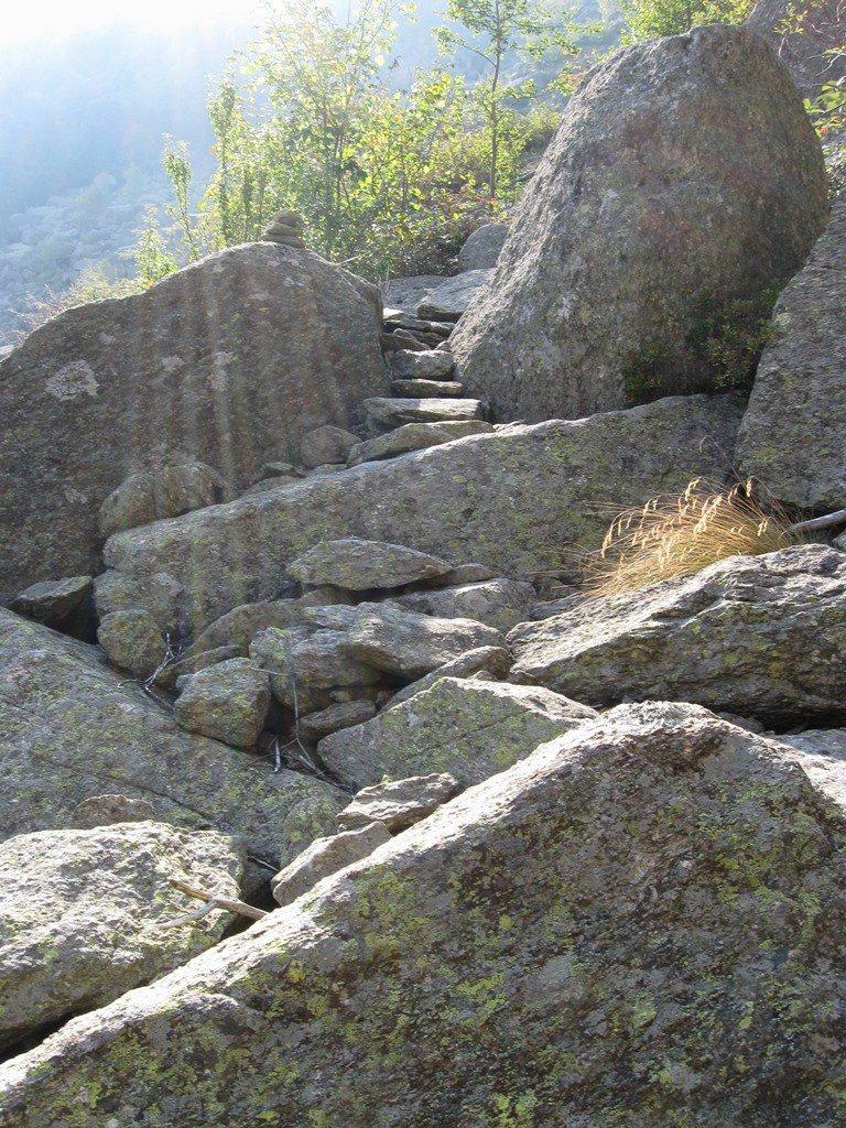 discesa in mezzo alla pietraia