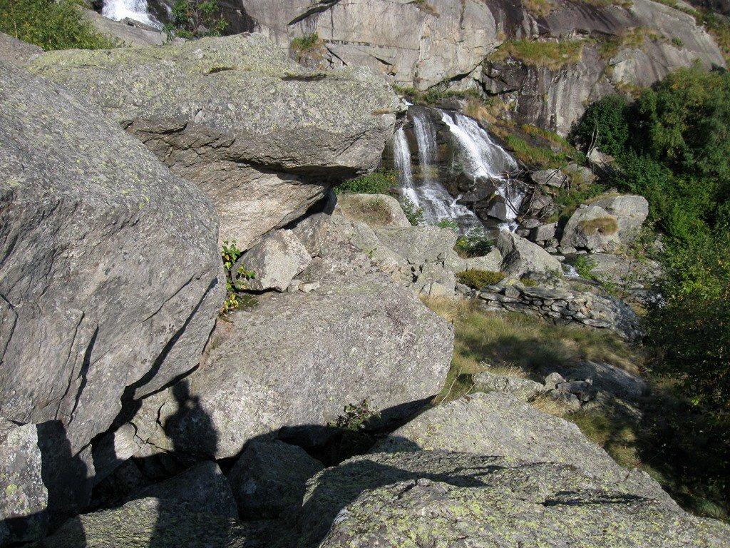sotto il roccione si interrompe il sentiero  preima della pietraia