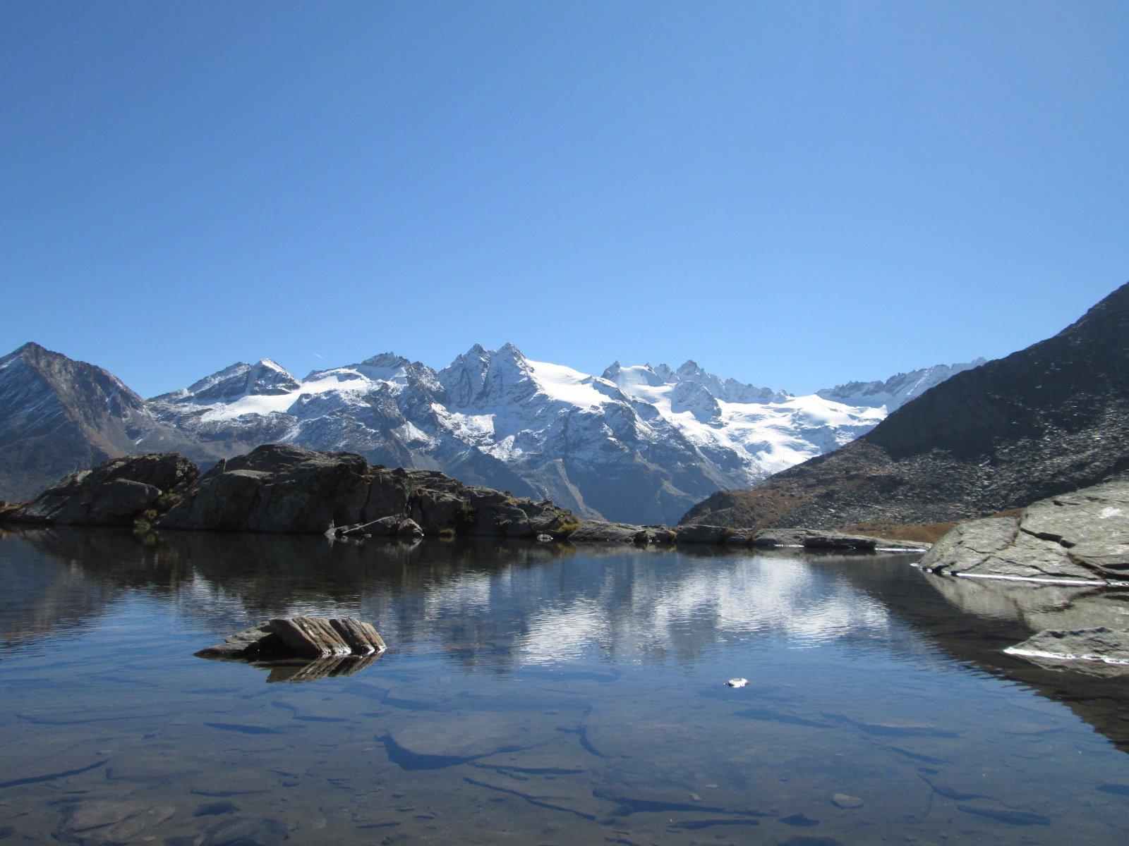 le montagne si specchiano nel lago Lauson