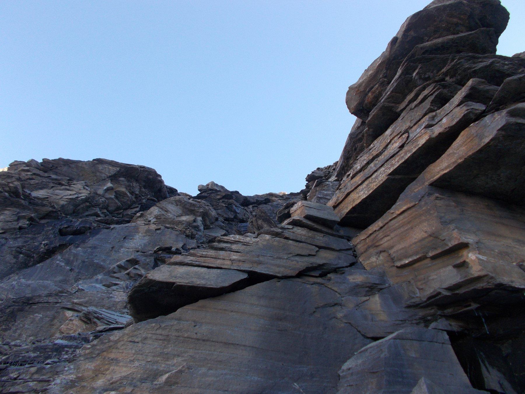La bastionata rocciosa che da accesso al colle..