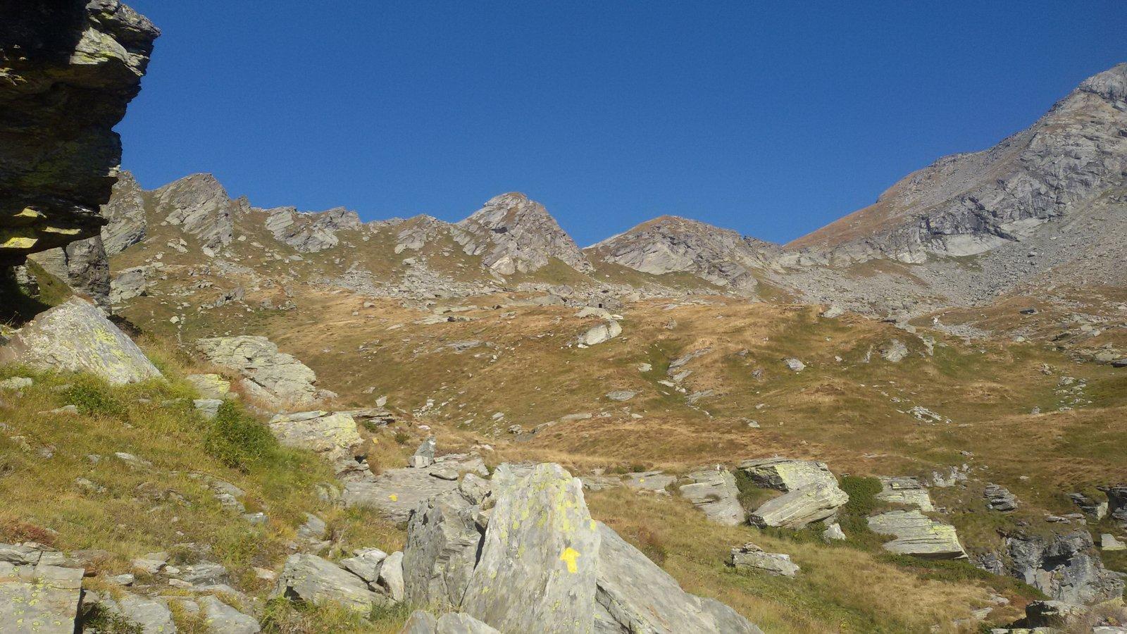 Dal sentiero per il bivacco, a centro foto le due elevazioni tra cui si trova l'intaglio, a dx il pendio di accesso alla cresta