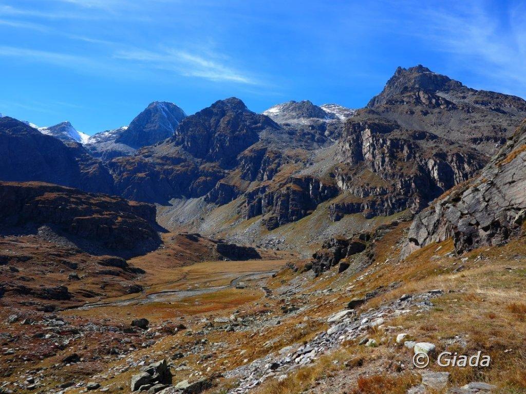 Il pianoro tra il Col Clapier e il poggio dove sorge il Rifugio Vaccarone e verso la Rocca d'Ambin