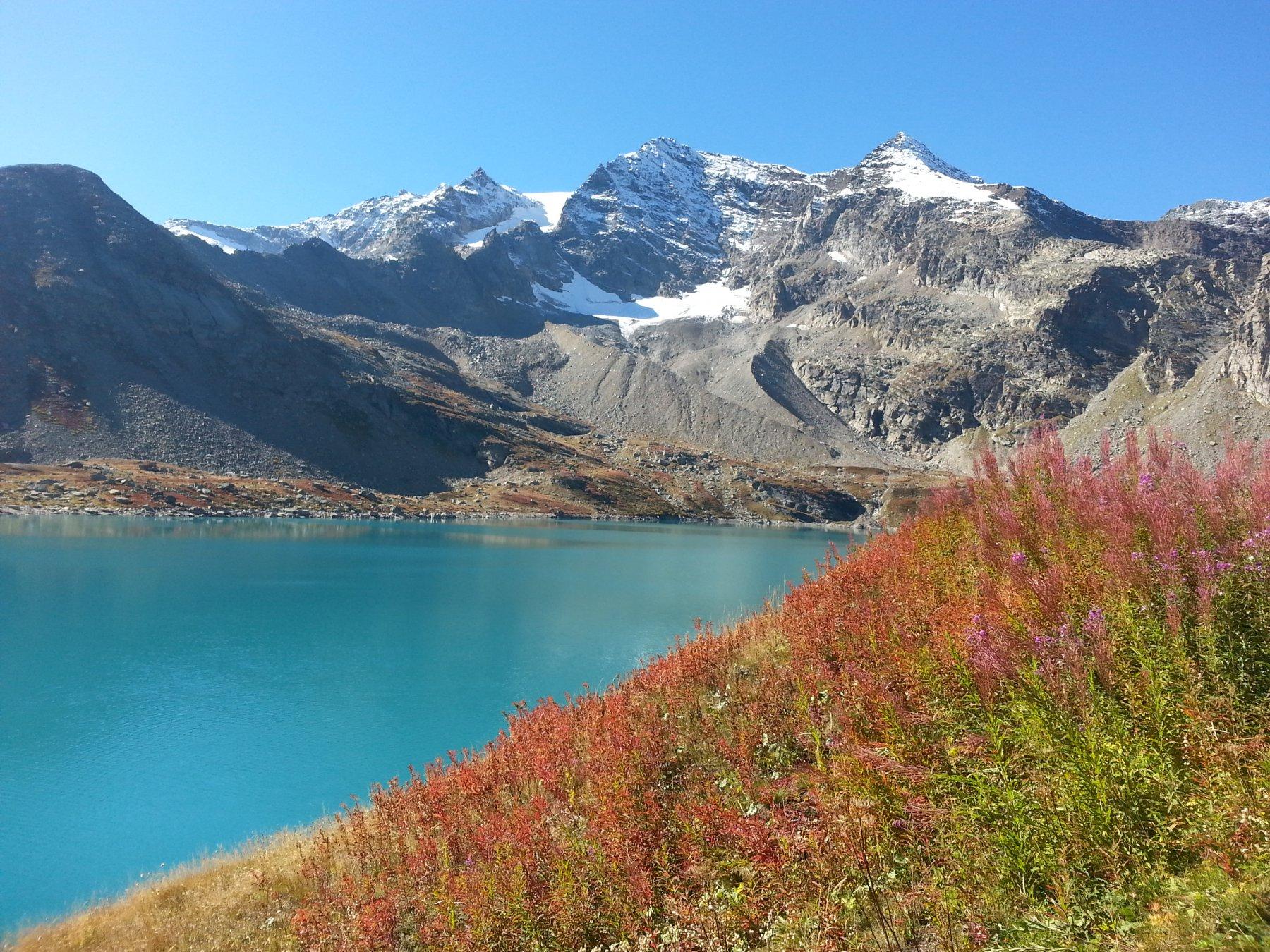 Il lago Serrù, con colori autunnali