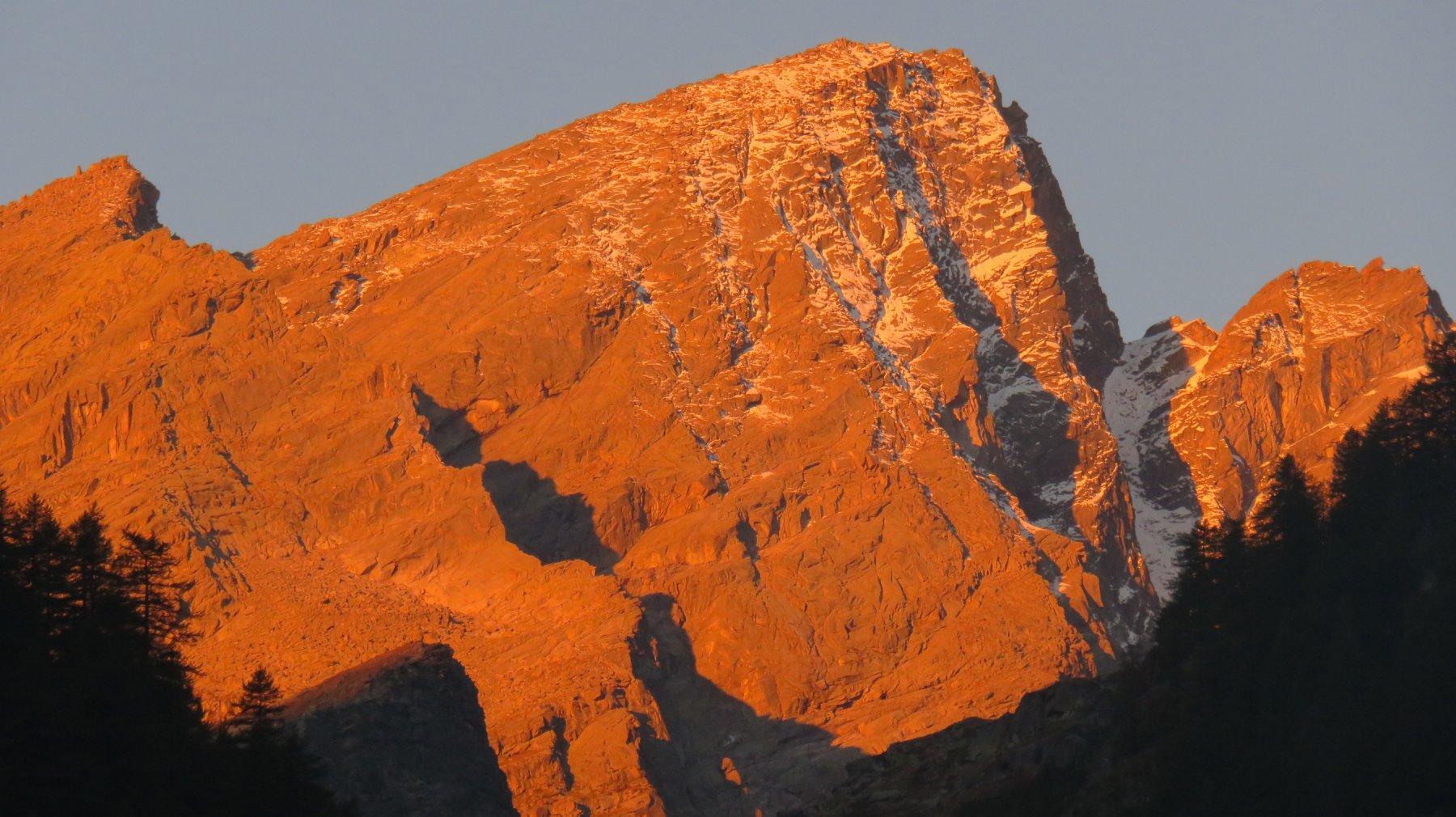 Primo sole sulla Punta Gialin