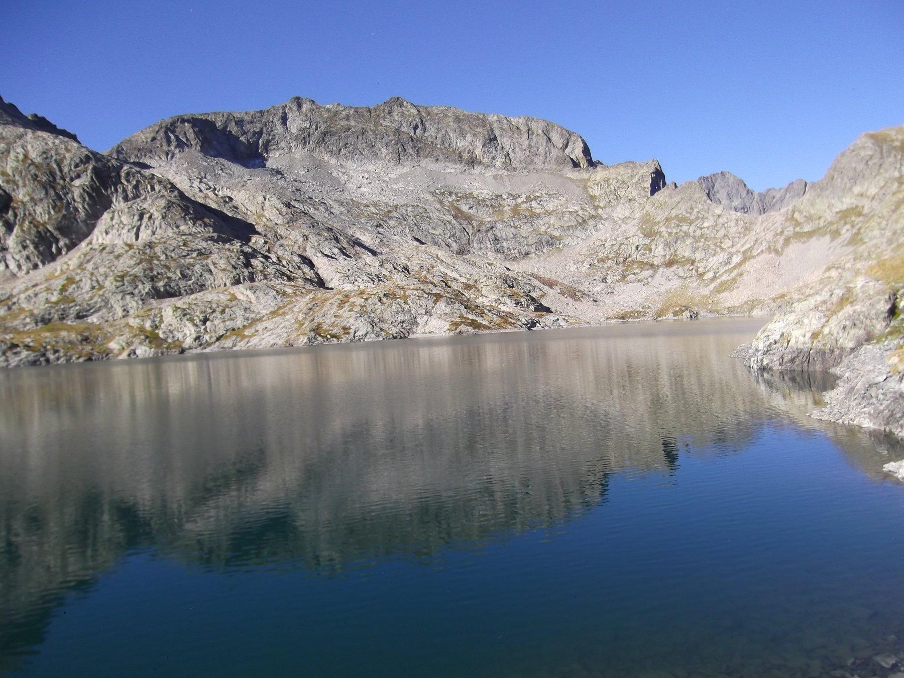 Lago dell'Agnel con Cima Cossato e a dx il Colle dell'Agnel.