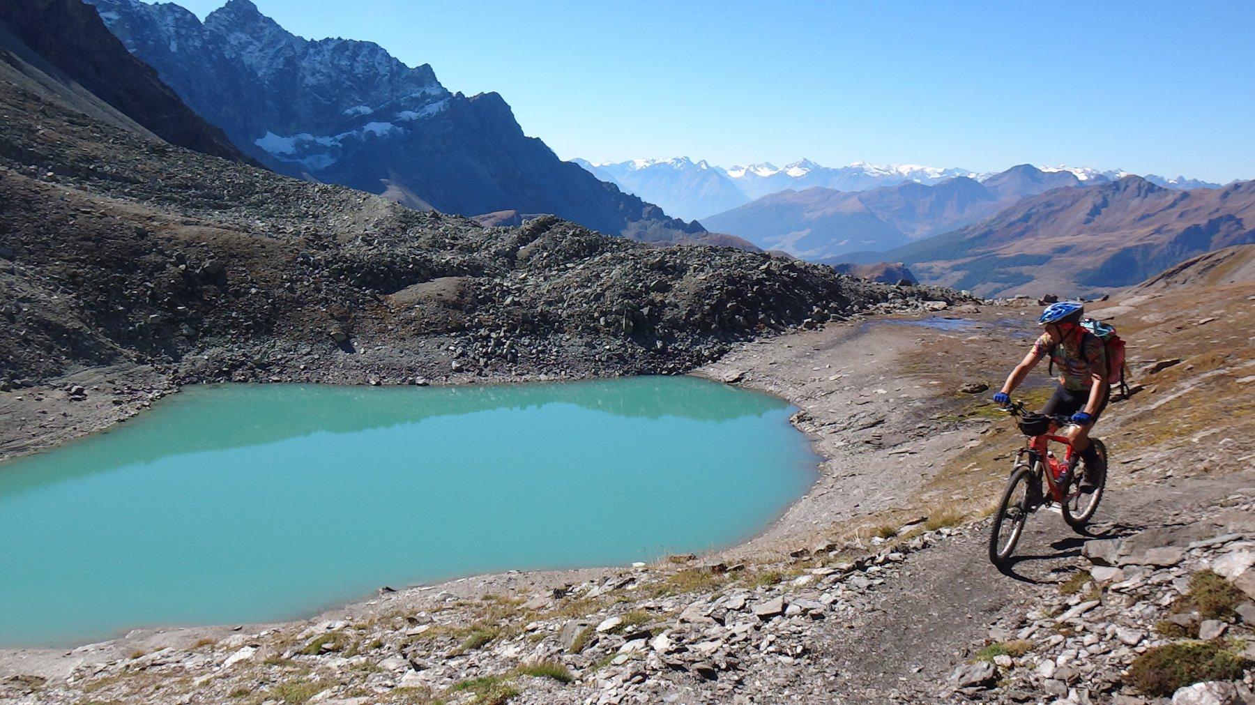 Piccolo lago color glaciale sotto il Mont Gelè