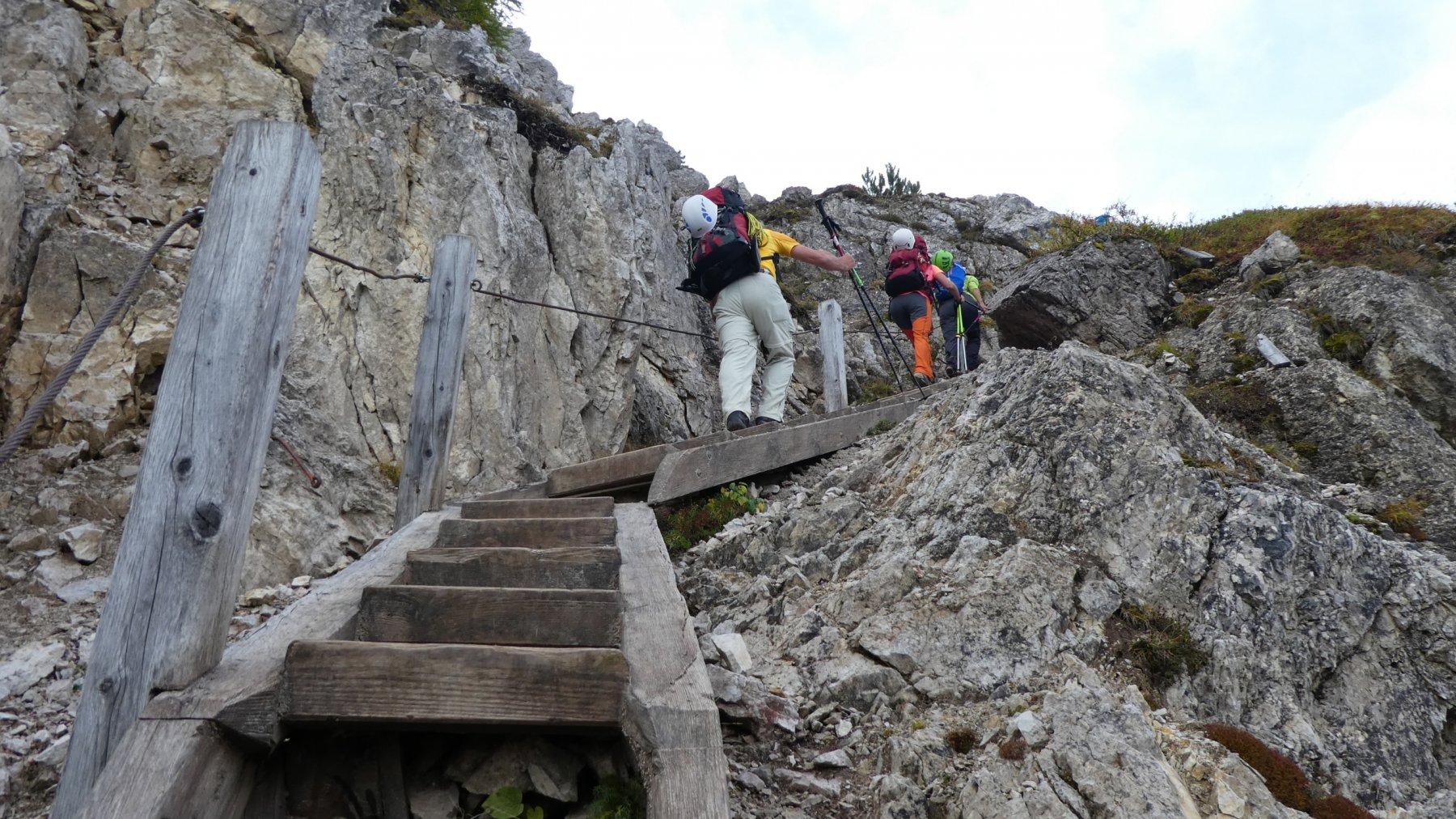 scalette in legno lungo il sentiero di avvicinamento alla ferrata