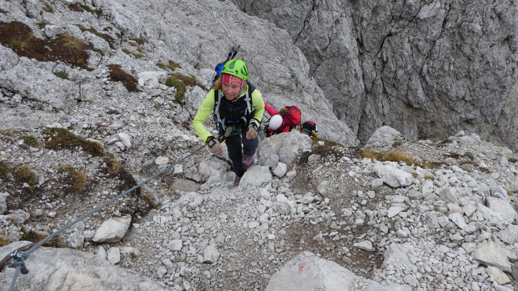 uscendo da un tratto verticale, ma con roccia articolata e ben fornita di appigli (oltre al cavo ovviamente)