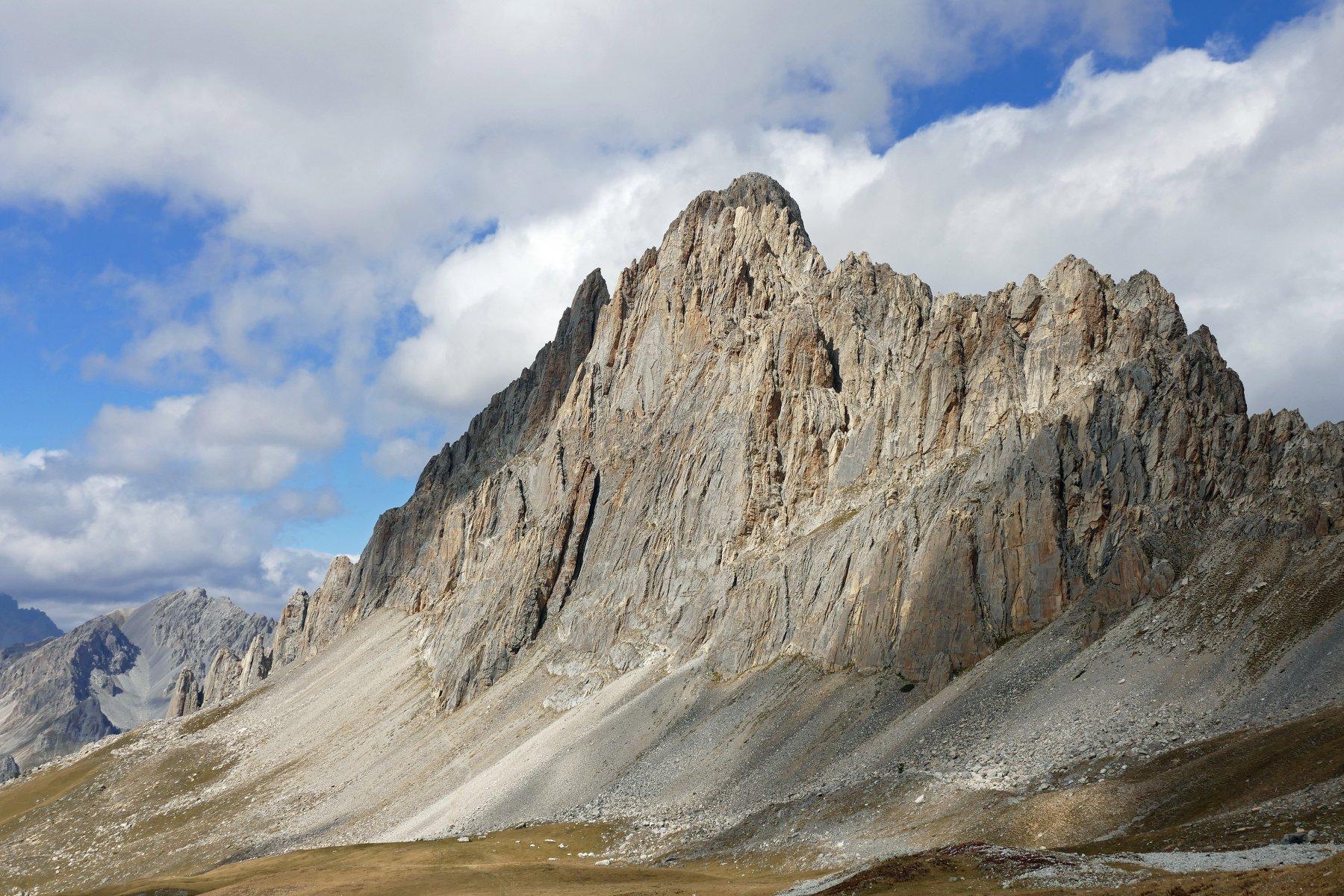 L' elegante Rocca la Meja vista dai pressi del colle d'Ancoccia
