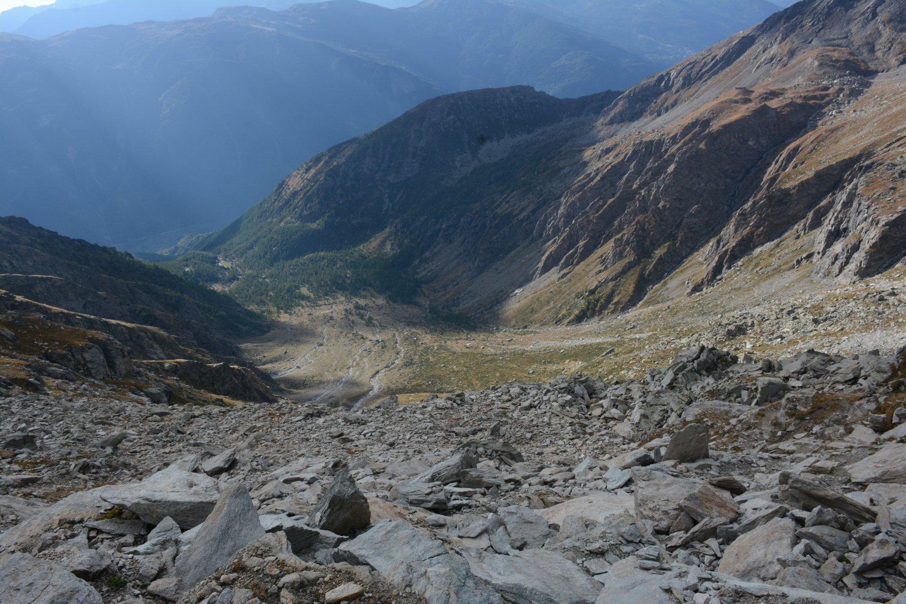 La pietraia prima del bivacco e sullo sfondo il vallone  fino a Grange della valle